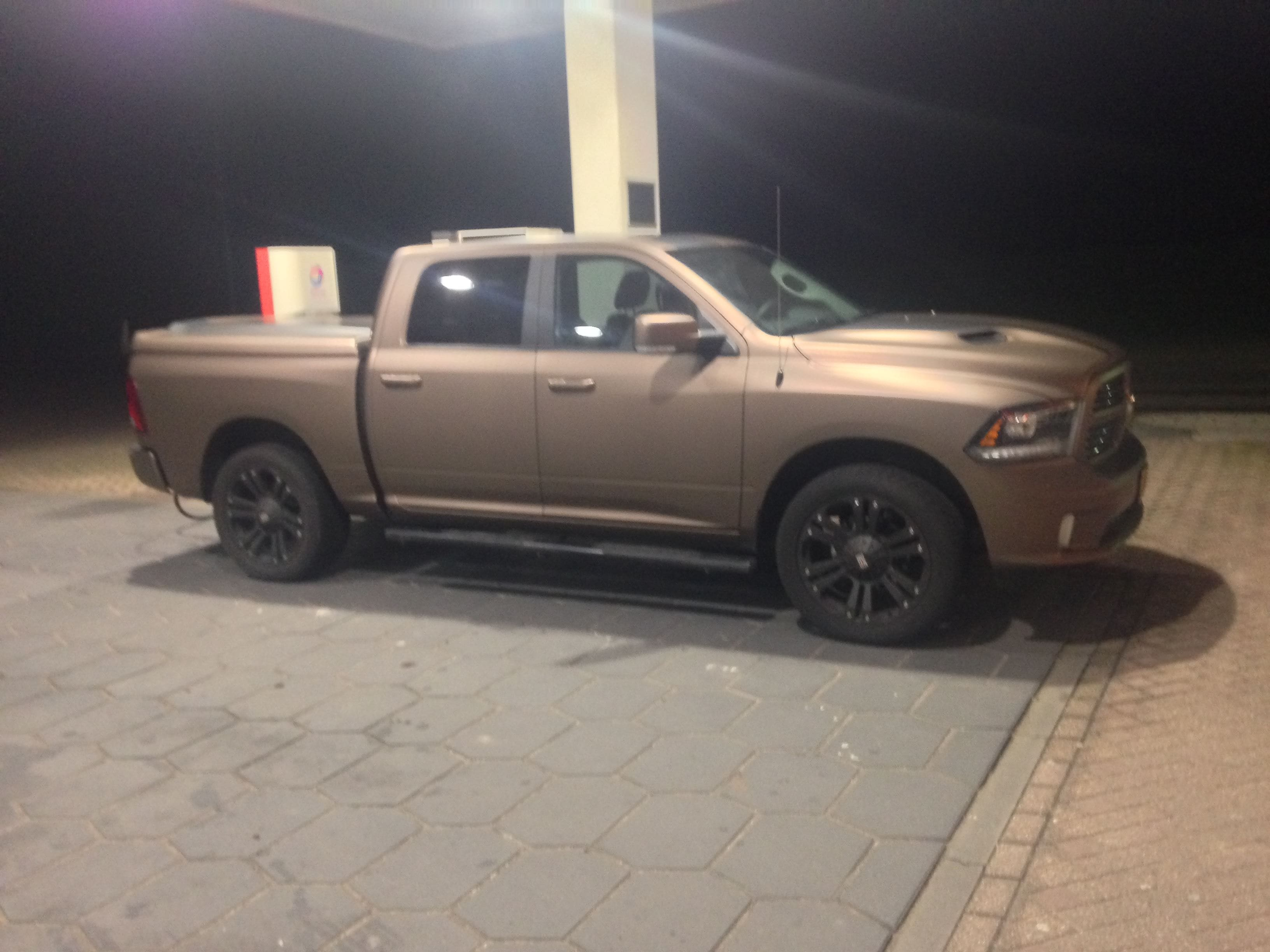 Dodge ram in een Mat metallic Brown Wrap, Carwrapping door Wrapmyride.nu Foto-nr:5612, ©2021