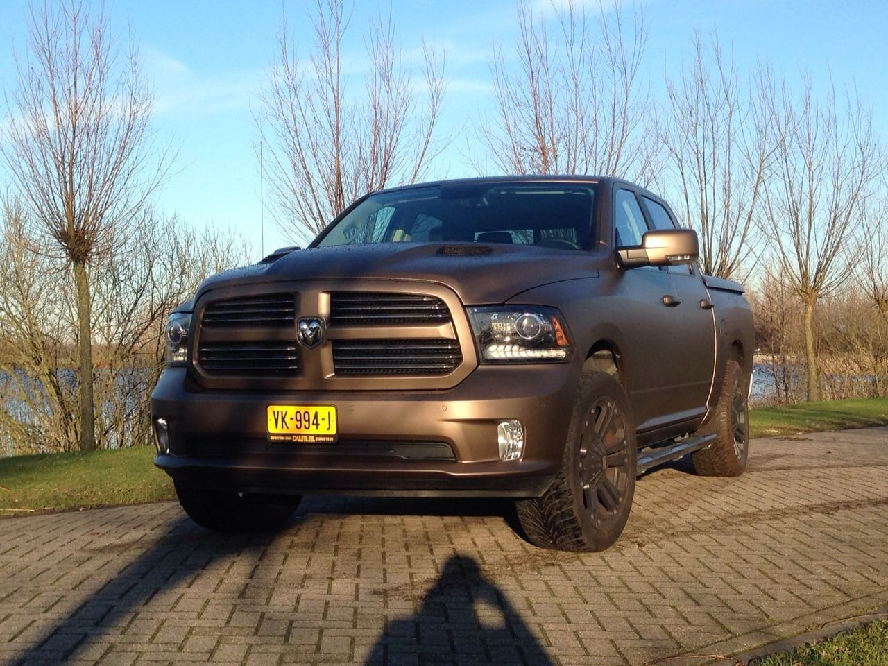 Dodge ram in een Mat metallic Brown Wrap, Carwrapping door Wrapmyride.nu Foto-nr:5615, ©2020