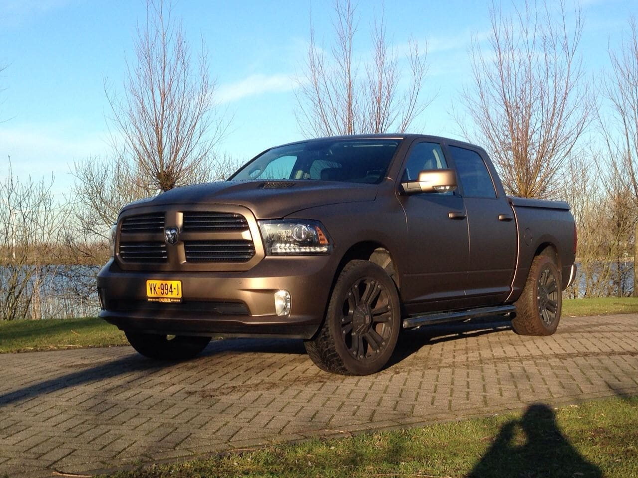 Dodge ram in een Mat metallic Brown Wrap, Carwrapping door Wrapmyride.nu Foto-nr:5616, ©2020