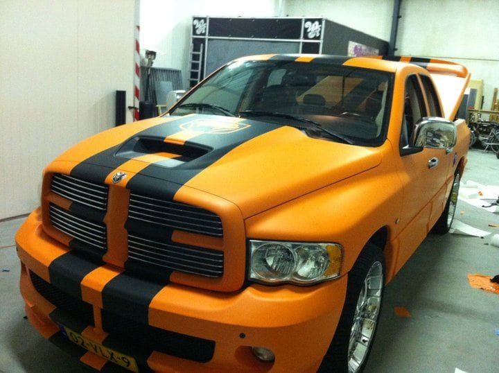 Dodge Ram in een Mat Oranje Wrap met Viper Stripes, Carwrapping door Wrapmyride.nu Foto-nr:5644, ©2020