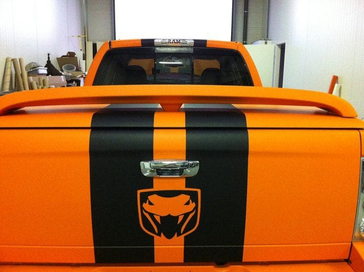 Dodge Ram in een Mat Oranje Wrap met Viper Stripes, Carwrapping door Wrapmyride.nu Foto-nr:5646, ©2020