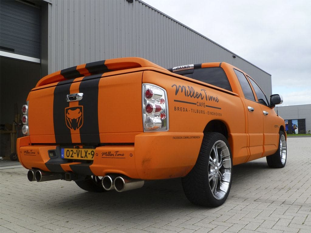Dodge Ram in een Mat Oranje Wrap met Viper Stripes, Carwrapping door Wrapmyride.nu Foto-nr:5647, ©2020