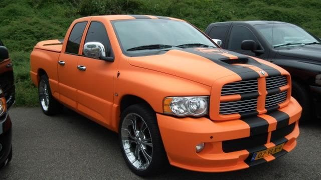 Dodge Ram in een Mat Oranje Wrap met Viper Stripes, Carwrapping door Wrapmyride.nu Foto-nr:5648, ©2020