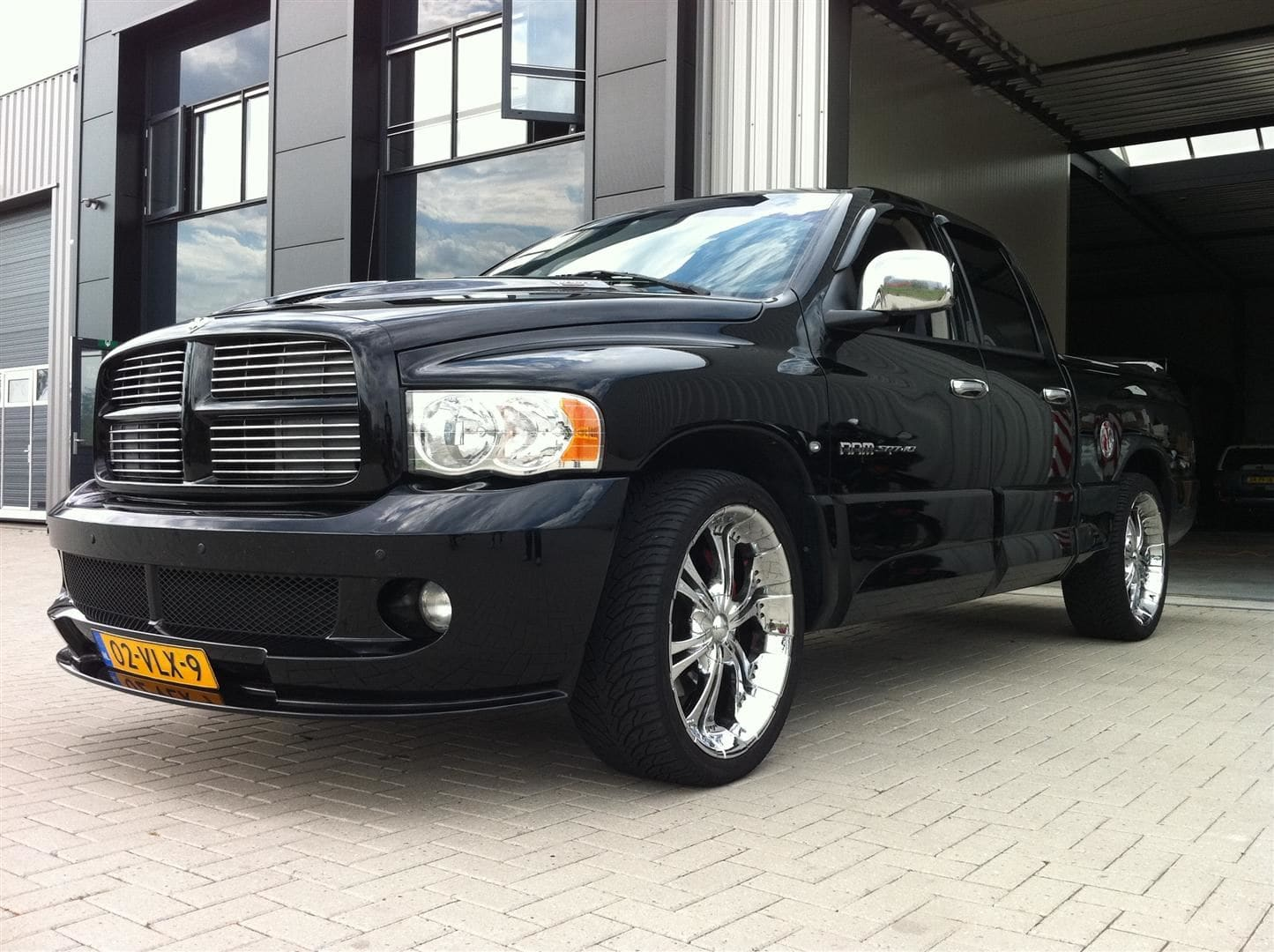 Dodge Ram in een Mat Oranje Wrap met Viper Stripes, Carwrapping door Wrapmyride.nu Foto-nr:5651, ©2020
