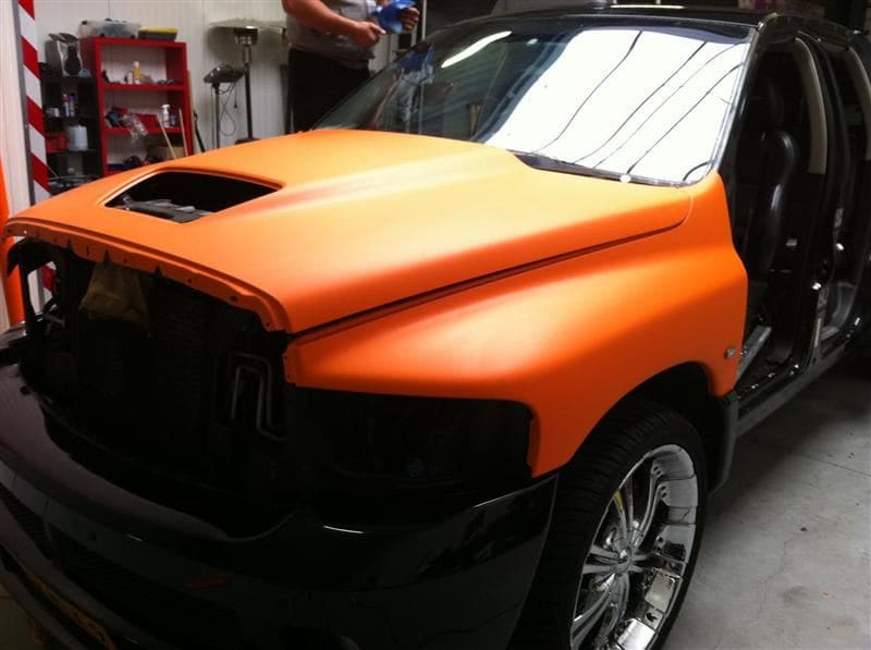 Dodge Ram in een Mat Oranje Wrap met Viper Stripes, Carwrapping door Wrapmyride.nu Foto-nr:5652, ©2020