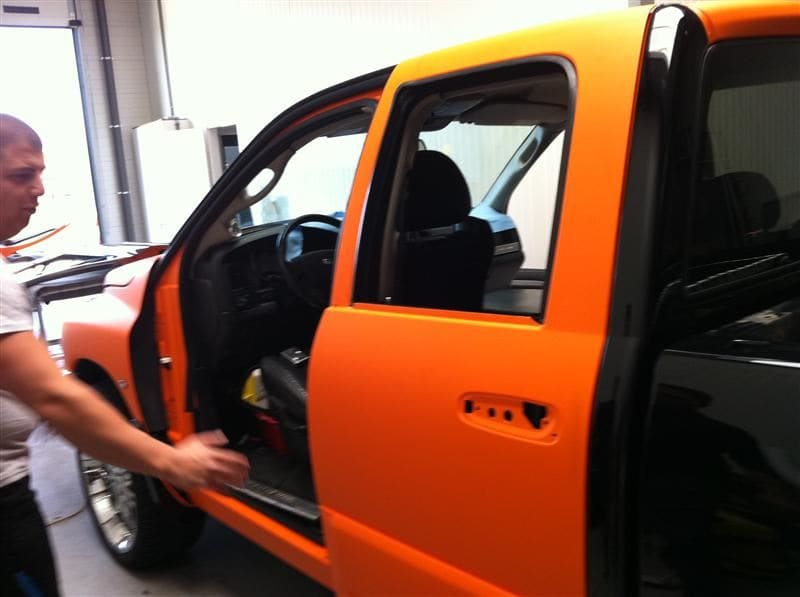 Dodge Ram in een Mat Oranje Wrap met Viper Stripes, Carwrapping door Wrapmyride.nu Foto-nr:5655, ©2020