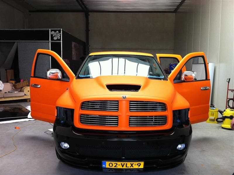 Dodge Ram in een Mat Oranje Wrap met Viper Stripes, Carwrapping door Wrapmyride.nu Foto-nr:5656, ©2020