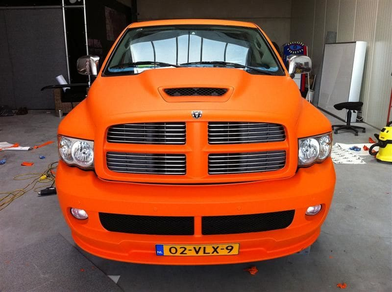 Dodge Ram in een Mat Oranje Wrap met Viper Stripes, Carwrapping door Wrapmyride.nu Foto-nr:5657, ©2020