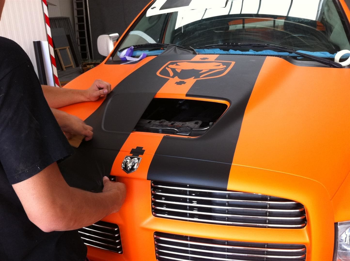 Dodge Ram in een Mat Oranje Wrap met Viper Stripes, Carwrapping door Wrapmyride.nu Foto-nr:5658, ©2020