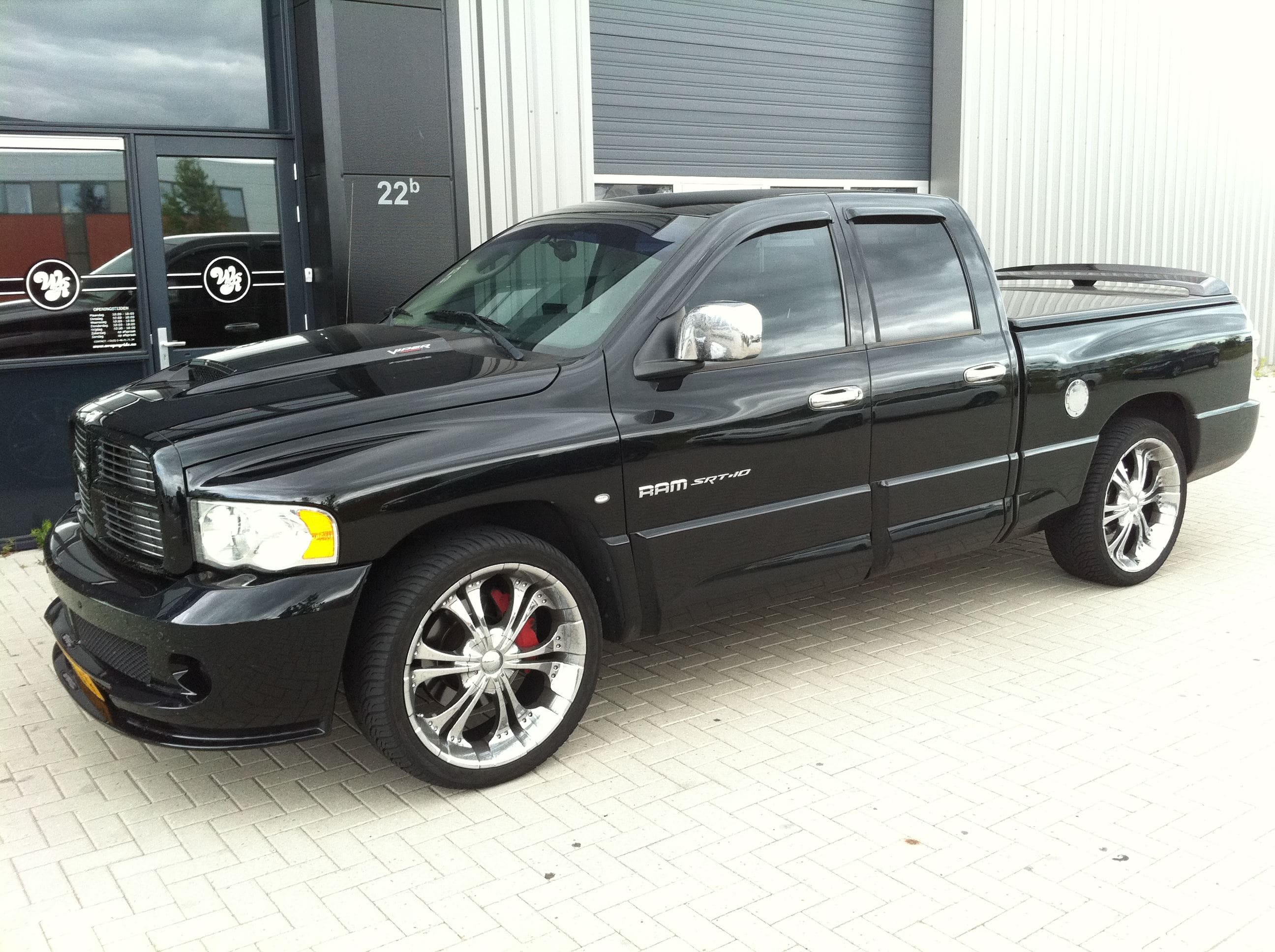Dodge Ram in een Mat Oranje Wrap met Viper Stripes, Carwrapping door Wrapmyride.nu Foto-nr:5659, ©2020