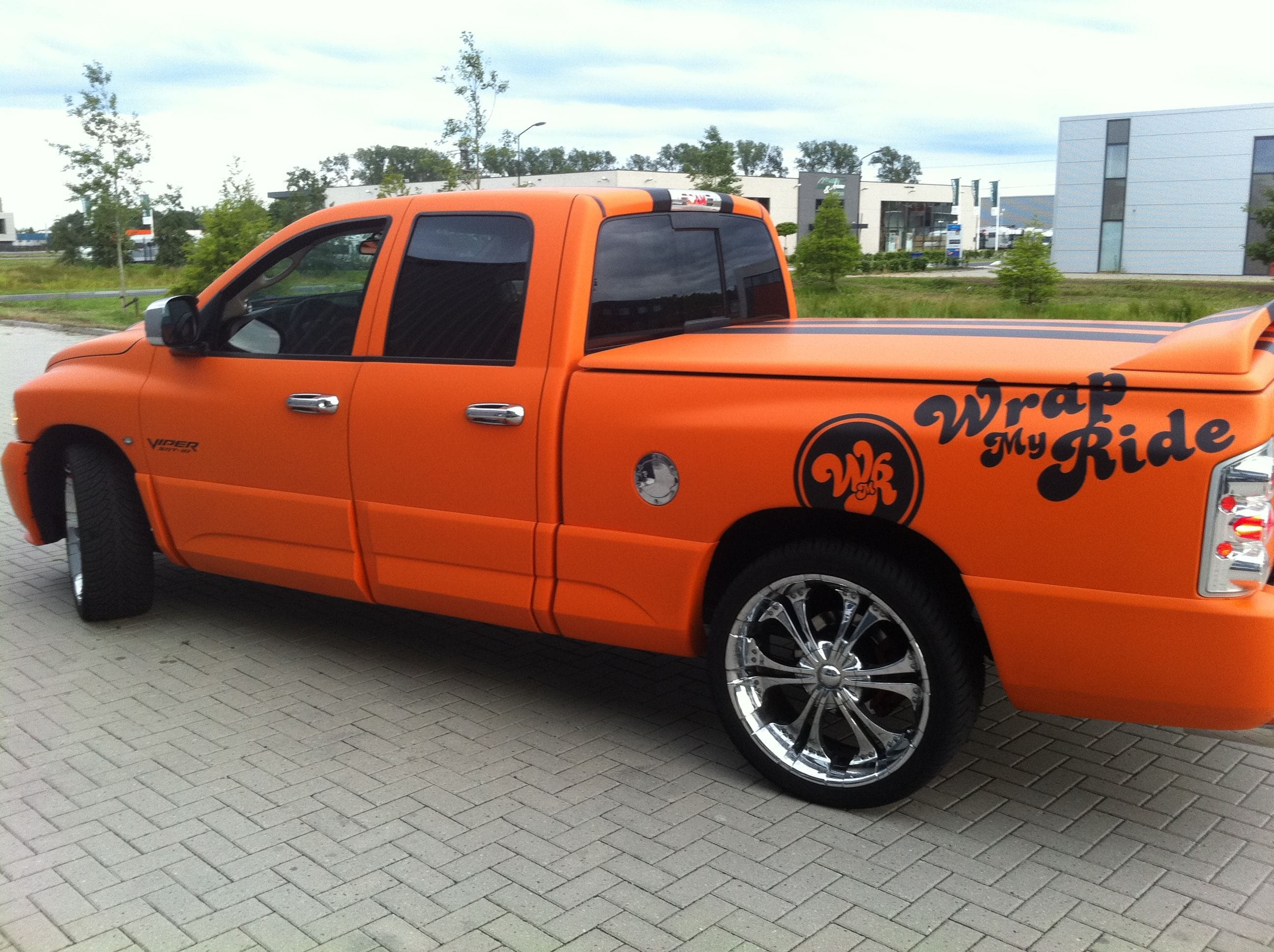 Dodge Ram in een Mat Oranje Wrap met Viper Stripes, Carwrapping door Wrapmyride.nu Foto-nr:5663, ©2020