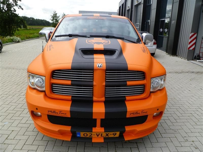 Dodge Ram in een Mat Oranje Wrap met Viper Stripes, Carwrapping door Wrapmyride.nu Foto-nr:5667, ©2020