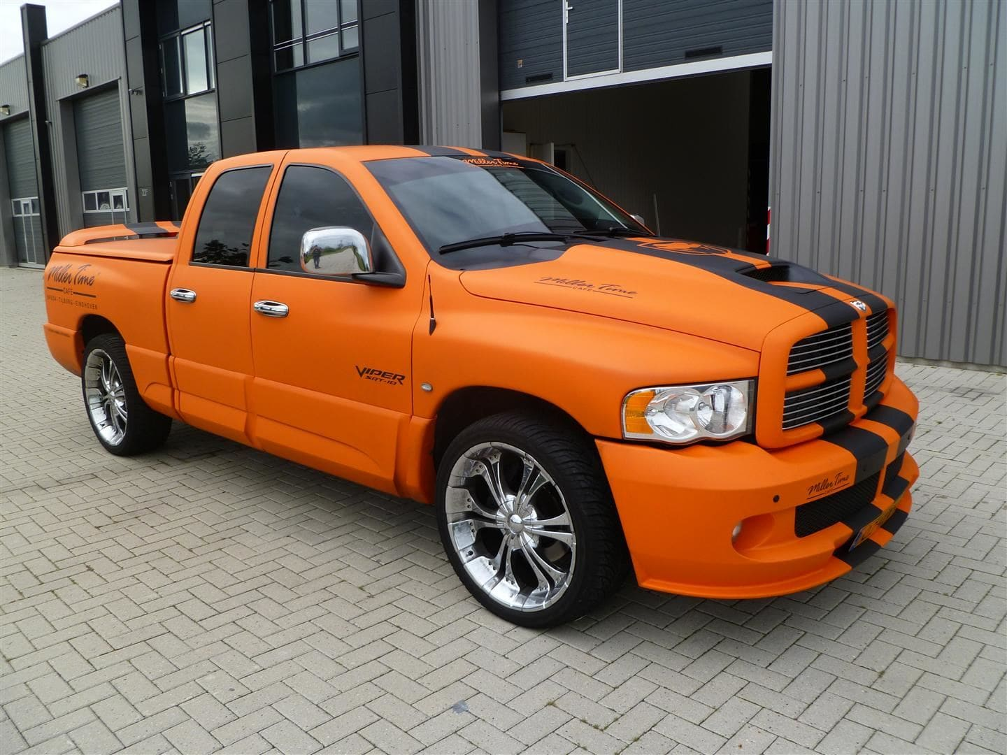 Dodge Ram in een Mat Oranje Wrap met Viper Stripes, Carwrapping door Wrapmyride.nu Foto-nr:5668, ©2020