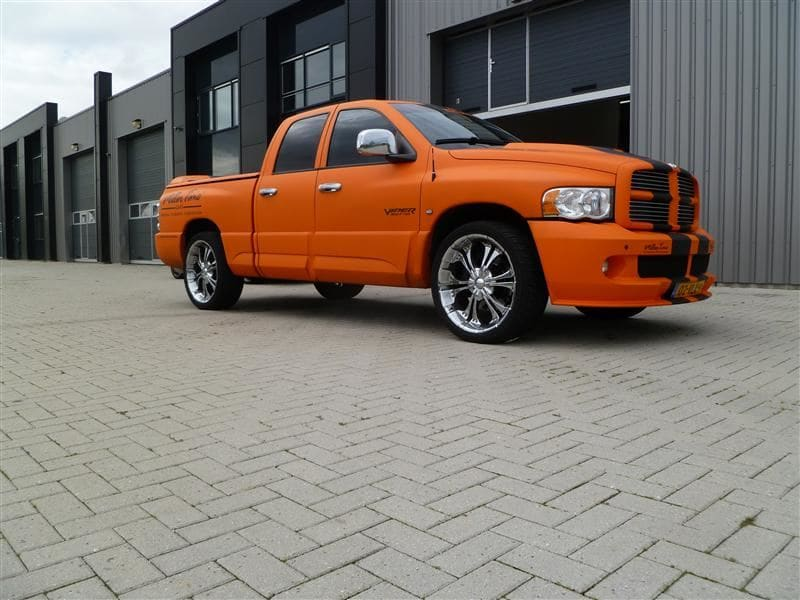Dodge Ram in een Mat Oranje Wrap met Viper Stripes, Carwrapping door Wrapmyride.nu Foto-nr:5669, ©2020