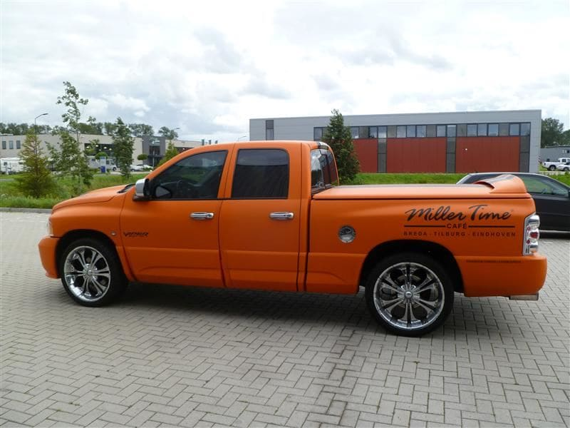 Dodge Ram in een Mat Oranje Wrap met Viper Stripes, Carwrapping door Wrapmyride.nu Foto-nr:5670, ©2020