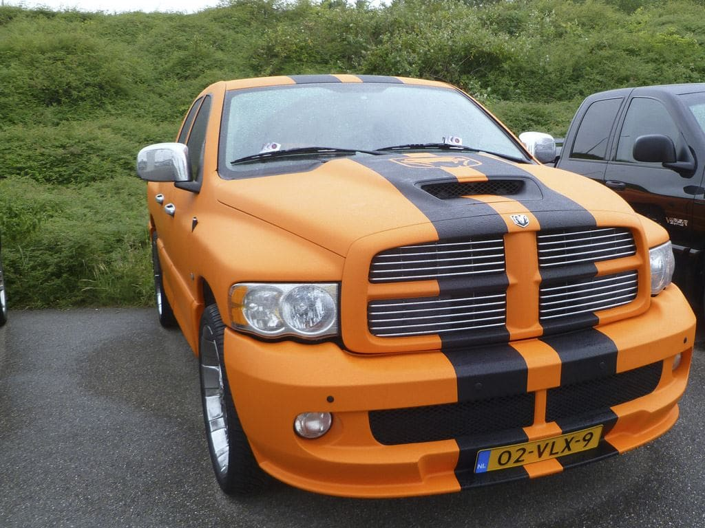 Dodge Ram in een Mat Oranje Wrap met Viper Stripes, Carwrapping door Wrapmyride.nu Foto-nr:5672, ©2020