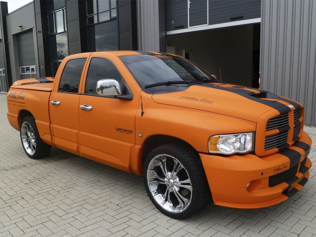 Dodge Ram in een Mat Oranje Wrap met Viper Stripes, Carwrapping door Wrapmyride.nu Foto-nr:5673, ©2020