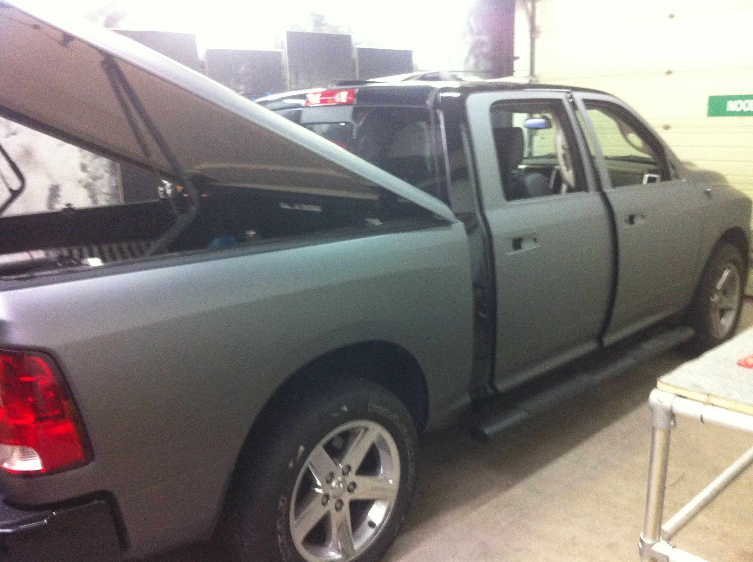 Dodge ram met een Gunpowder Wrap, Carwrapping door Wrapmyride.nu Foto-nr:5622, ©2020