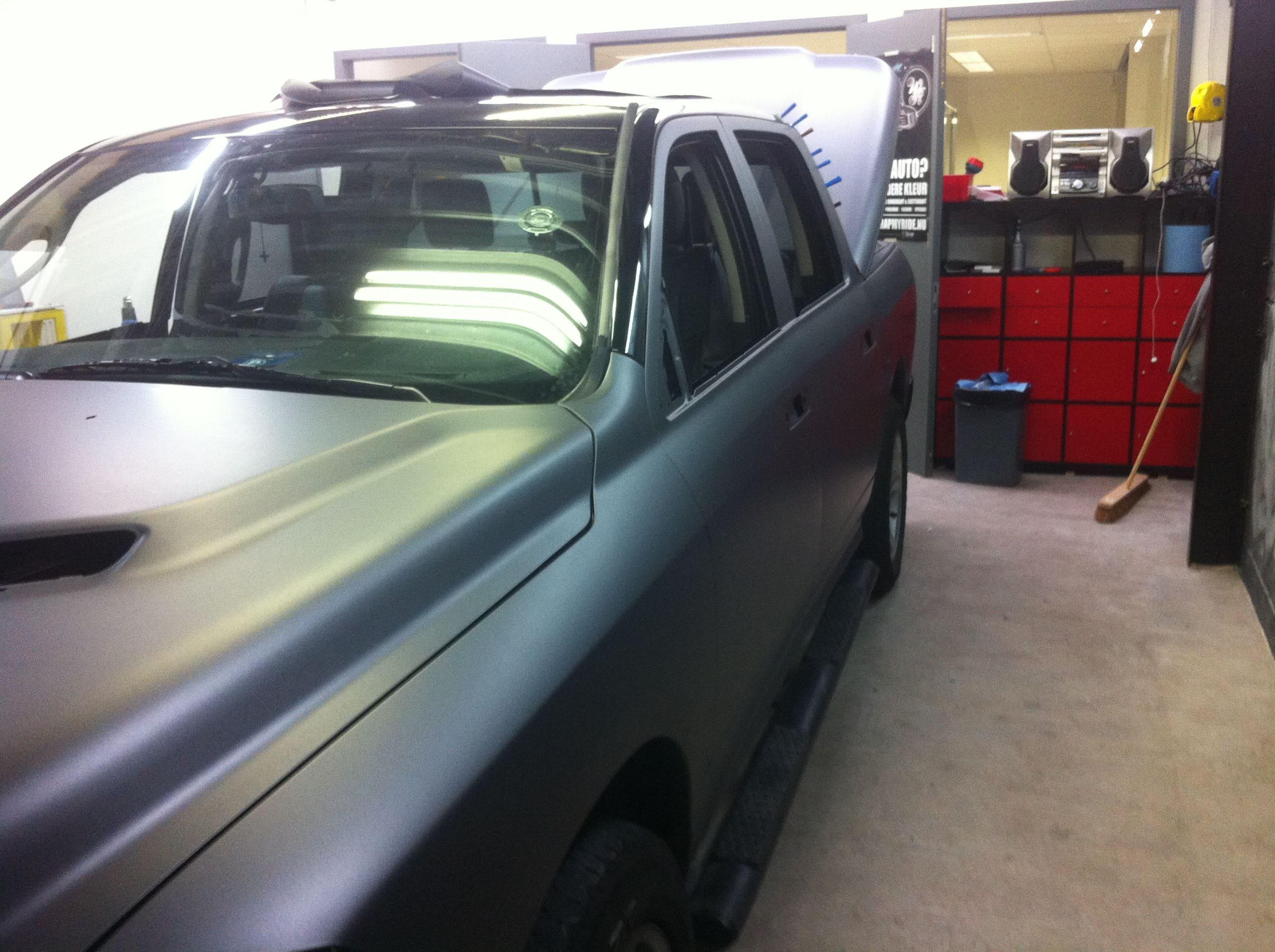 Dodge ram met een Gunpowder Wrap, Carwrapping door Wrapmyride.nu Foto-nr:5624, ©2020