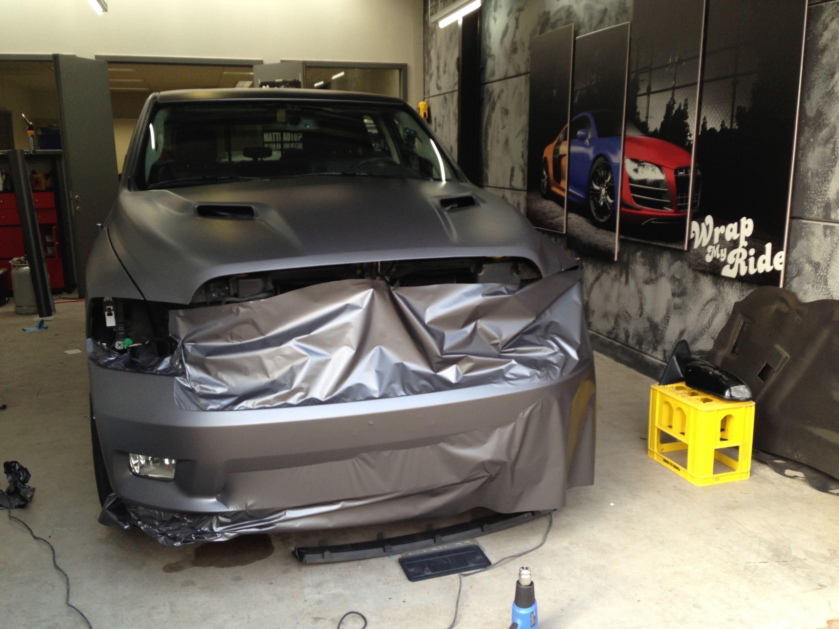 Dodge ram met een Gunpowder Wrap, Carwrapping door Wrapmyride.nu Foto-nr:5633, ©2020