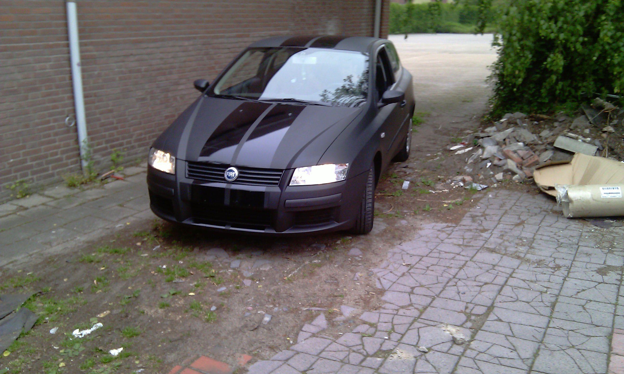 Fiat Stylo met Mat Zwarte Wrap en Glossy zwarte Striping, Carwrapping door Wrapmyride.nu Foto-nr:5775, ©2021