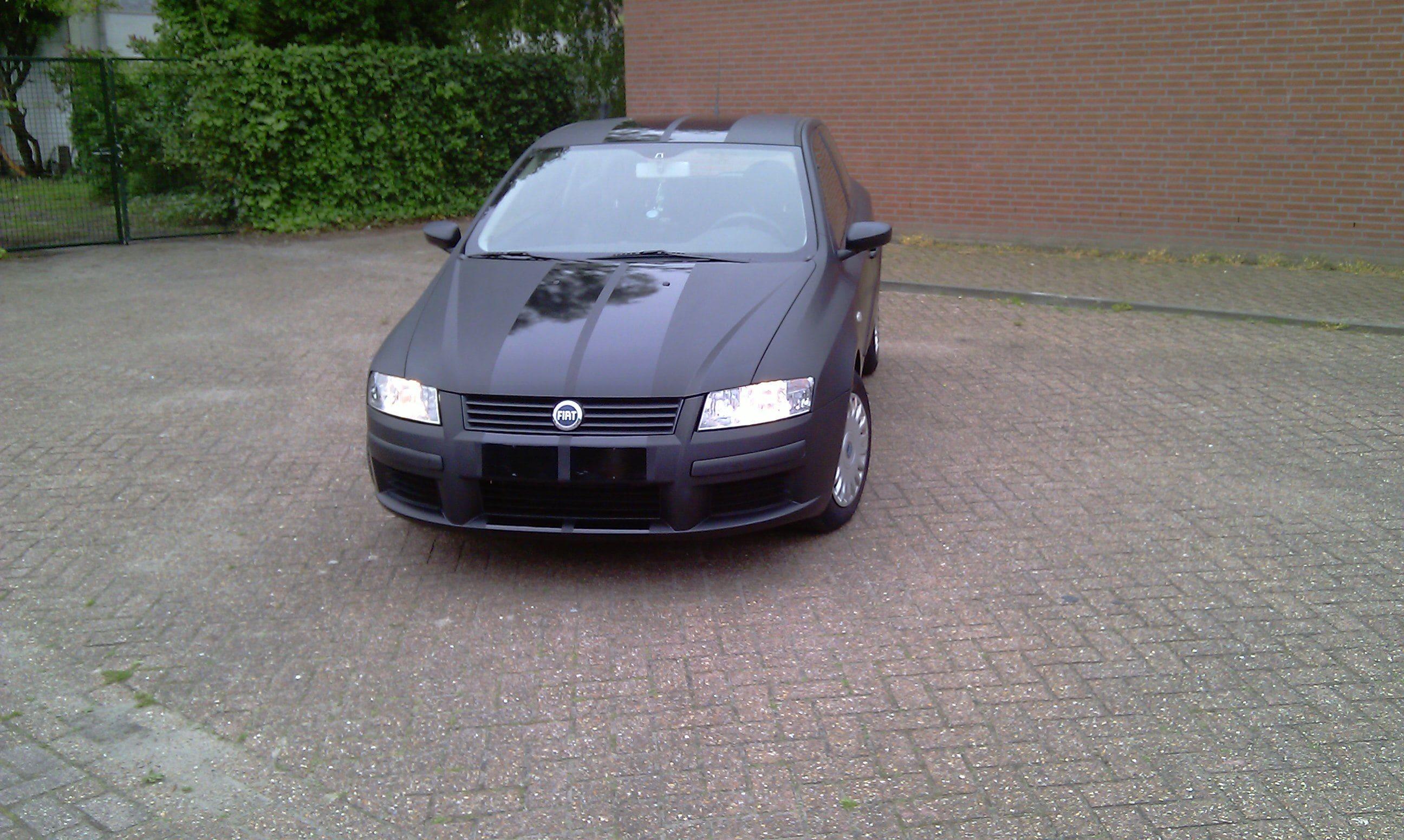 Fiat Stylo met Mat Zwarte Wrap en Glossy zwarte Striping, Carwrapping door Wrapmyride.nu Foto-nr:5777, ©2021