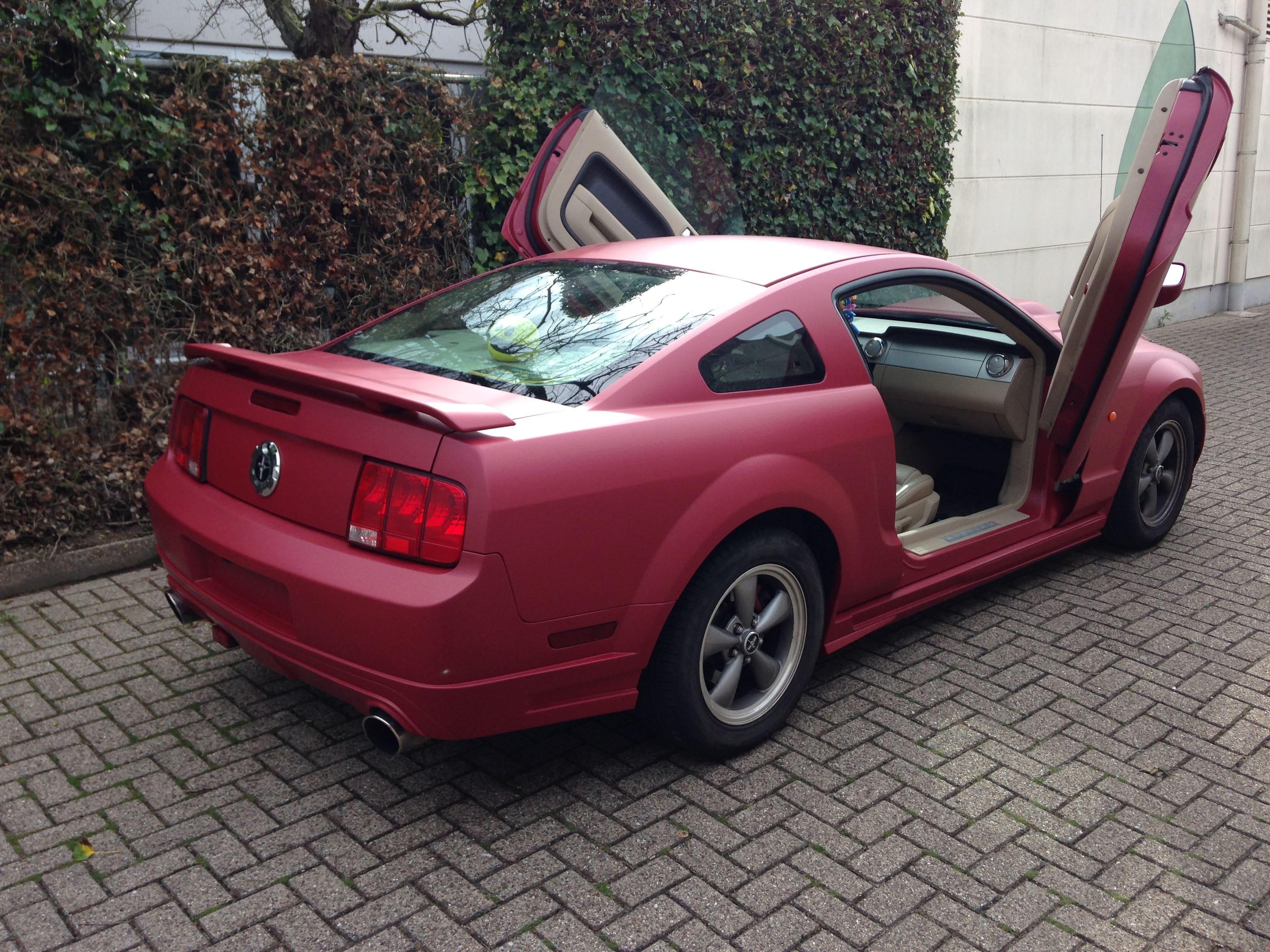 Ford Mustang 2009 met Mat Rode wrap, Carwrapping door Wrapmyride.nu Foto-nr:5824, ©2020