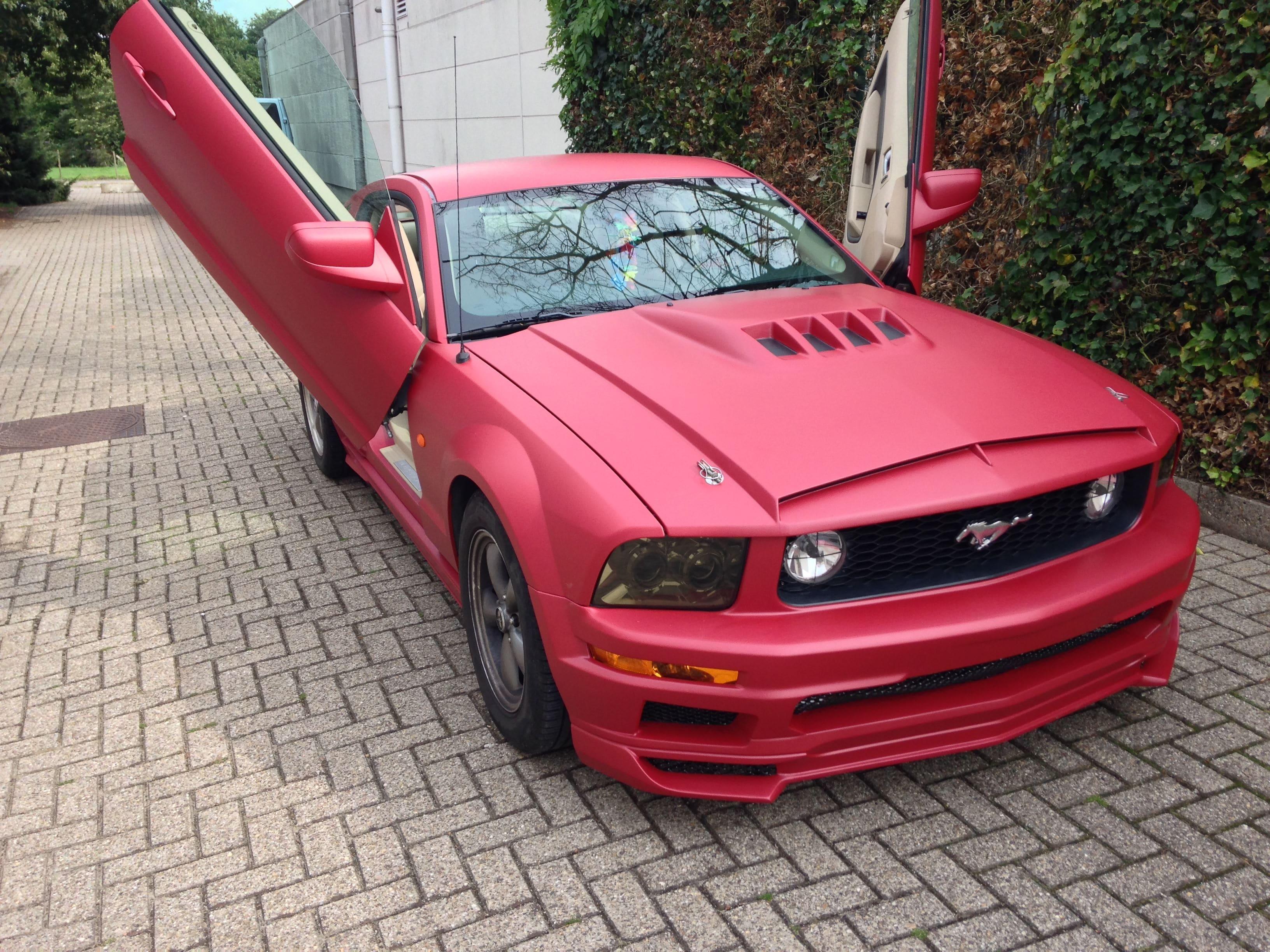 Ford Mustang 2009 met Mat Rode wrap, Carwrapping door Wrapmyride.nu Foto-nr:5826, ©2020