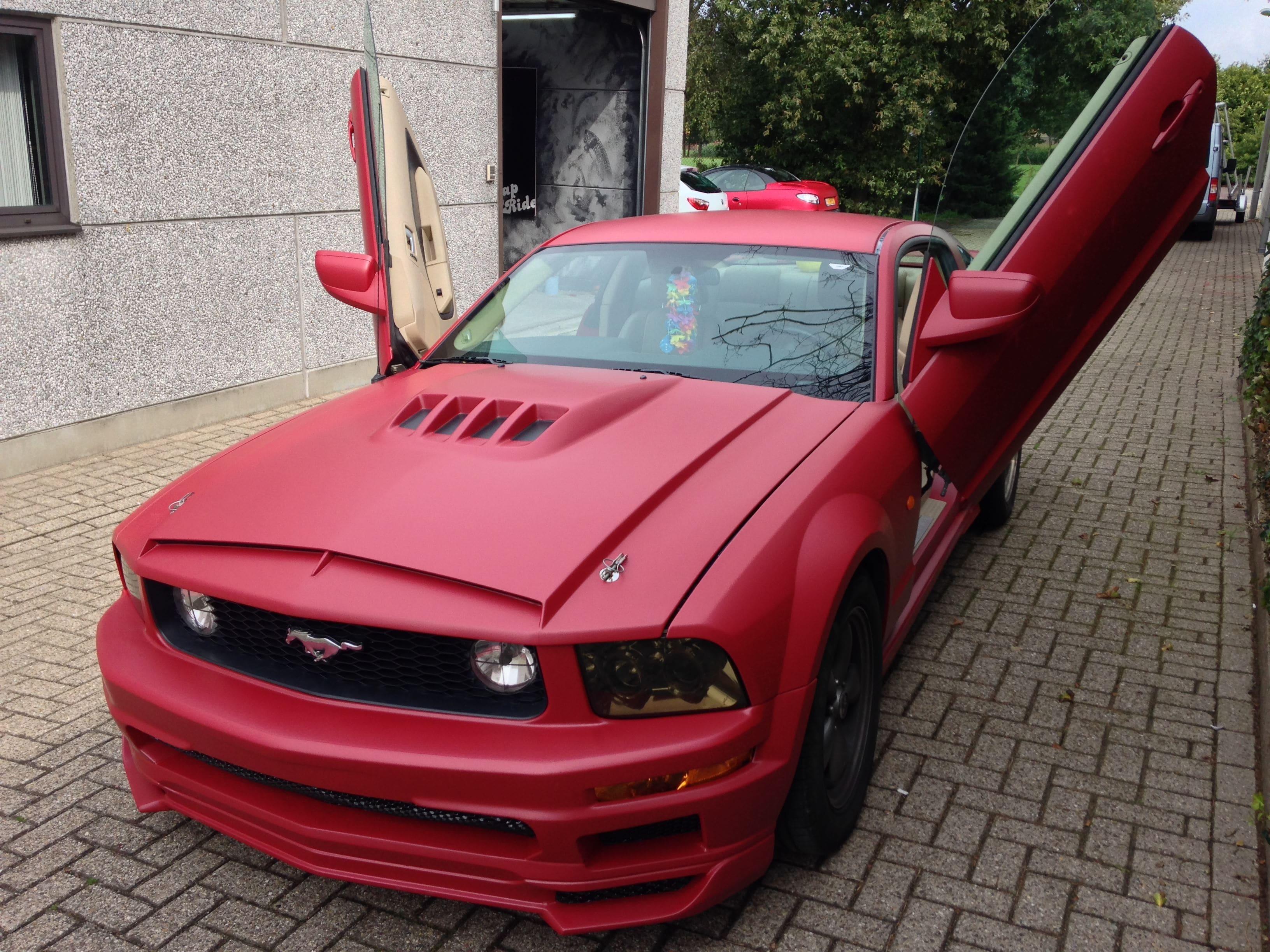 Ford Mustang 2009 met Mat Rode wrap, Carwrapping door Wrapmyride.nu Foto-nr:5828, ©2020