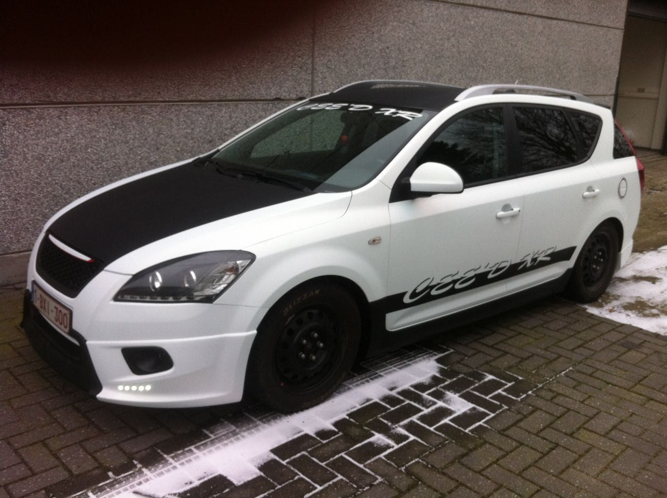 Kia Cee'd XR met Carbon en Witte Wrap, Carwrapping door Wrapmyride.nu Foto-nr:5956, ©2018