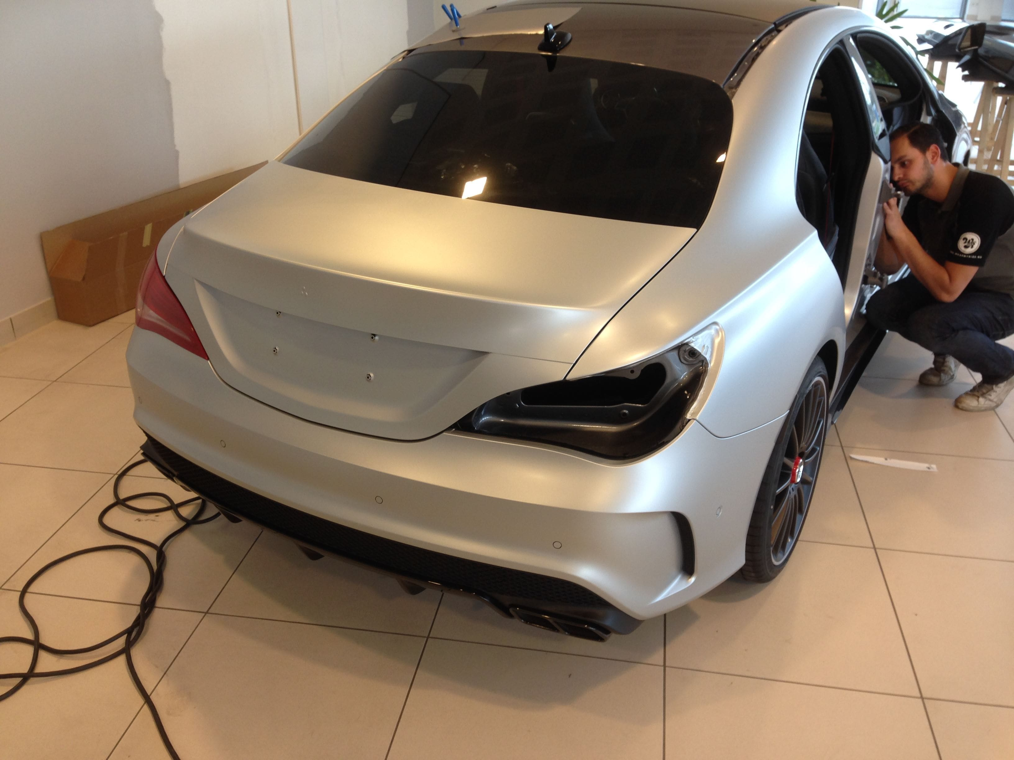 Mercedes CLA met een Satin White Aluminium Full Wrap met Rode Accenten, Carwrapping door Wrapmyride.nu Foto-nr:6103, ©2020