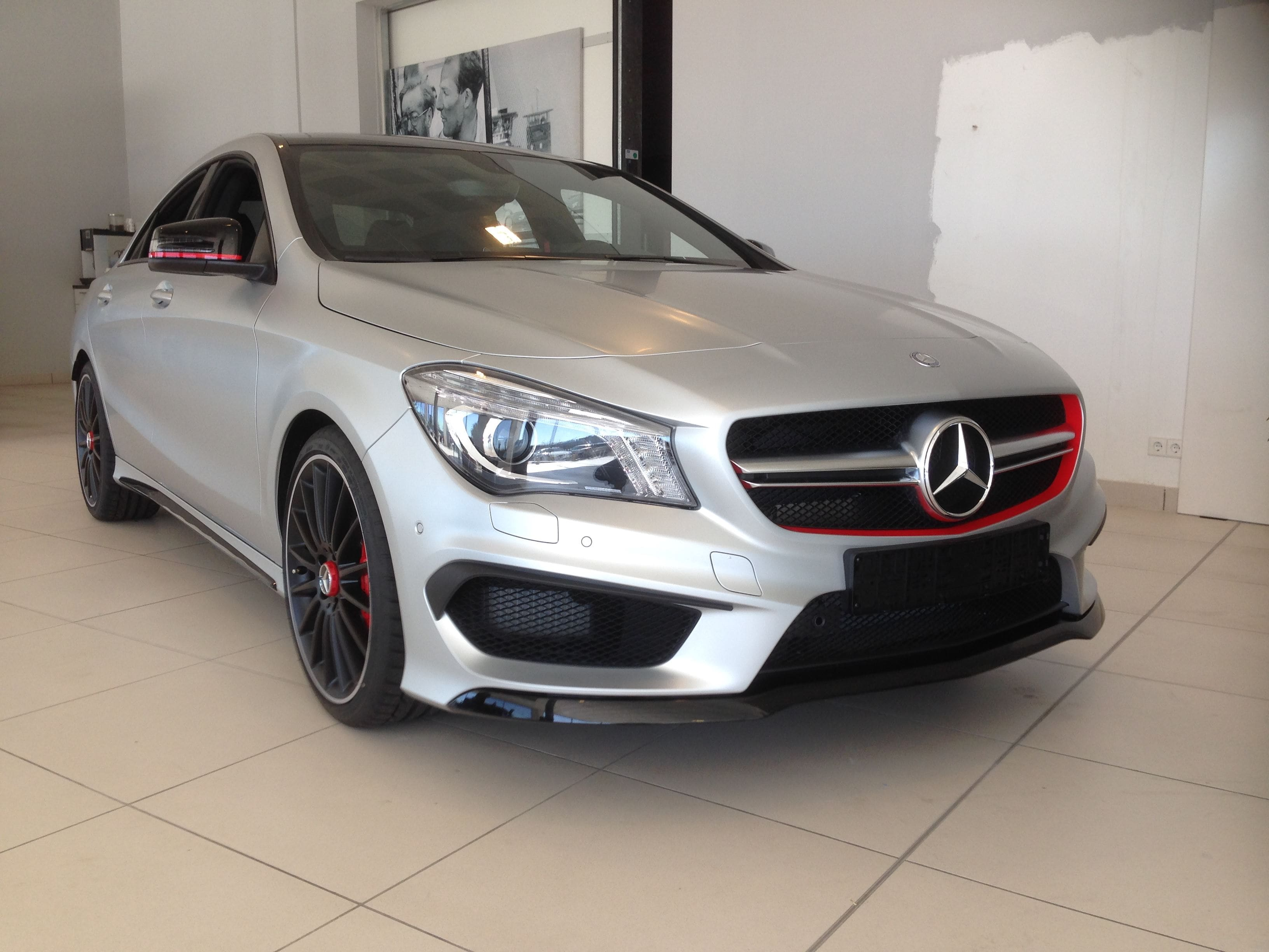 Mercedes CLA met een Satin White Aluminium Full Wrap met Rode Accenten, Carwrapping door Wrapmyride.nu Foto-nr:6108, ©2021