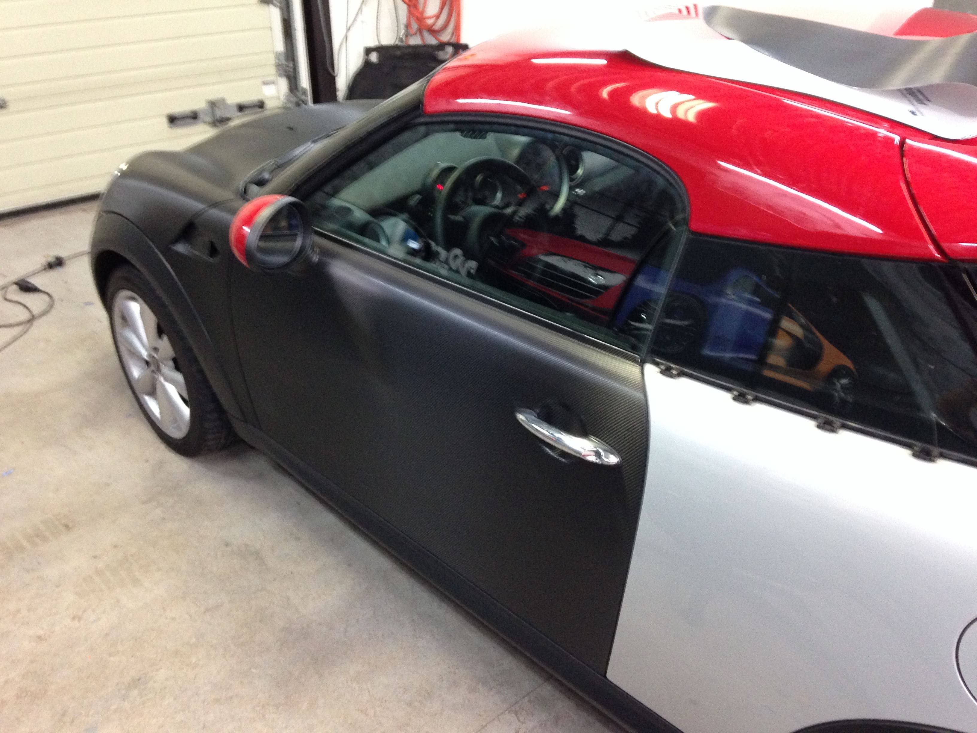 Mini Cooper Coupe in Carbon Wrap met Rode accenten, Carwrapping door Wrapmyride.nu Foto-nr:6389, ©2020