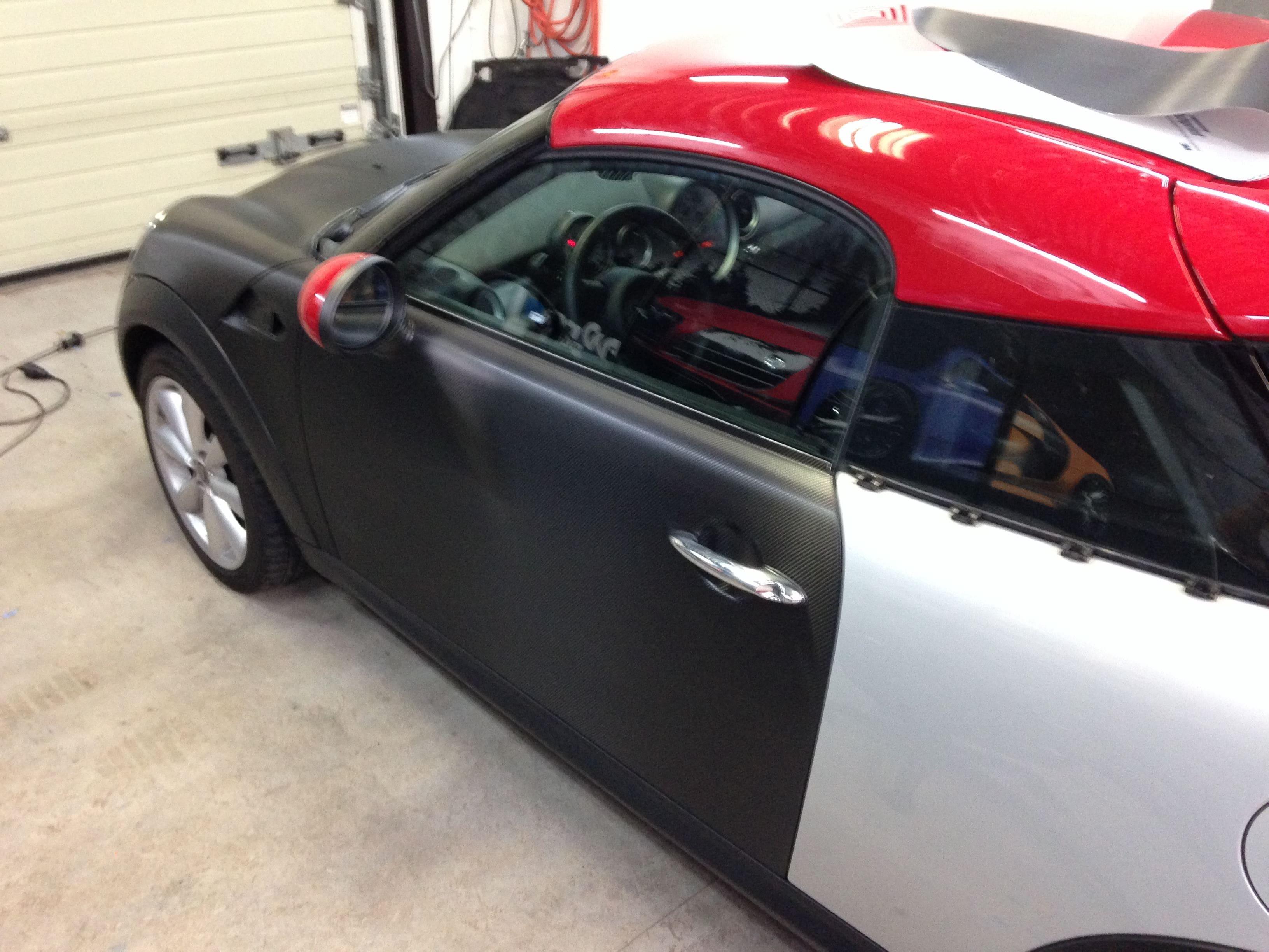Mini Cooper Coupe in Carbon Wrap met Rode accenten, Carwrapping door Wrapmyride.nu Foto-nr:6389, ©2021