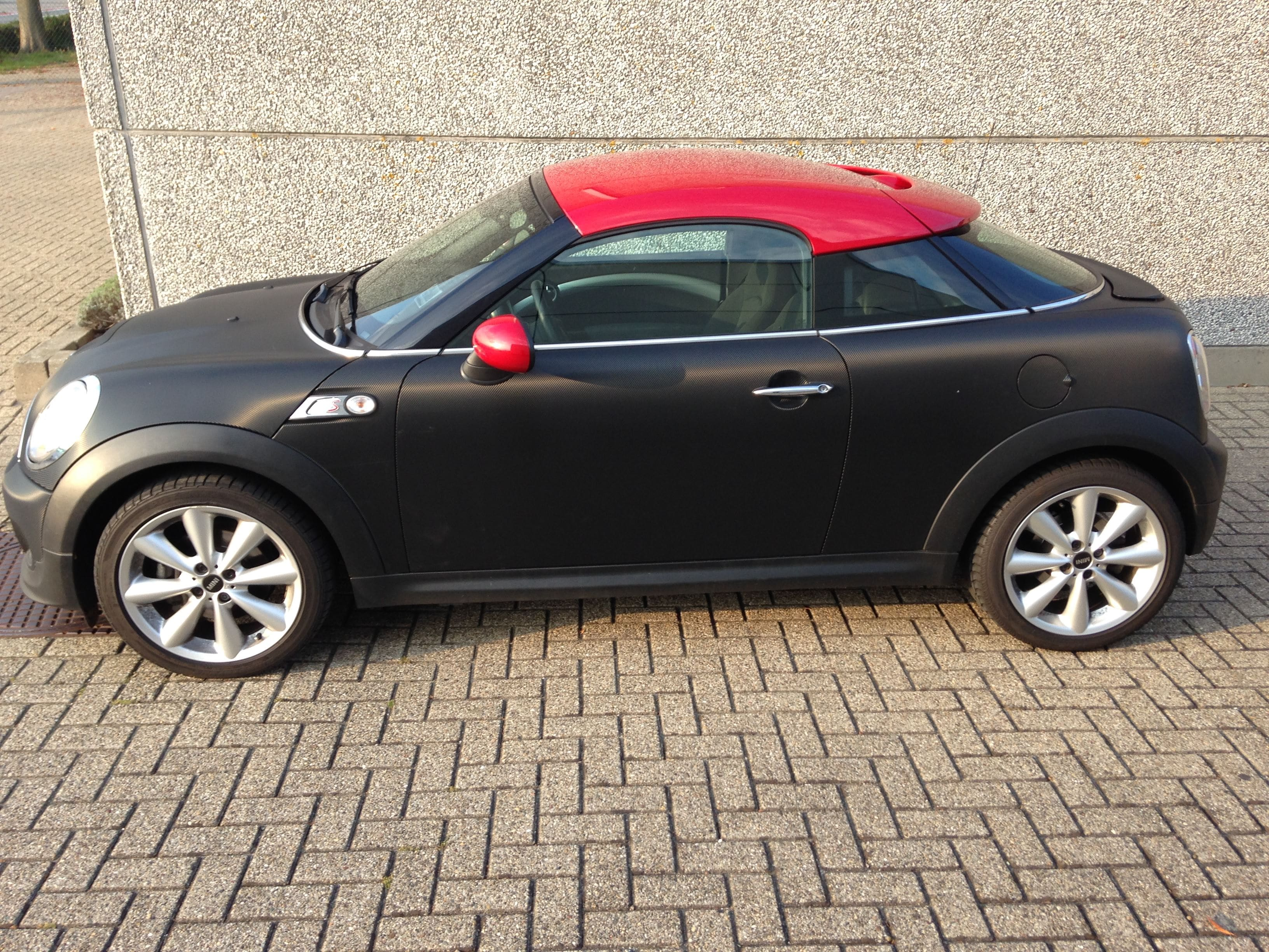 Mini Cooper Coupe in Carbon Wrap met Rode accenten, Carwrapping door Wrapmyride.nu Foto-nr:6396, ©2021