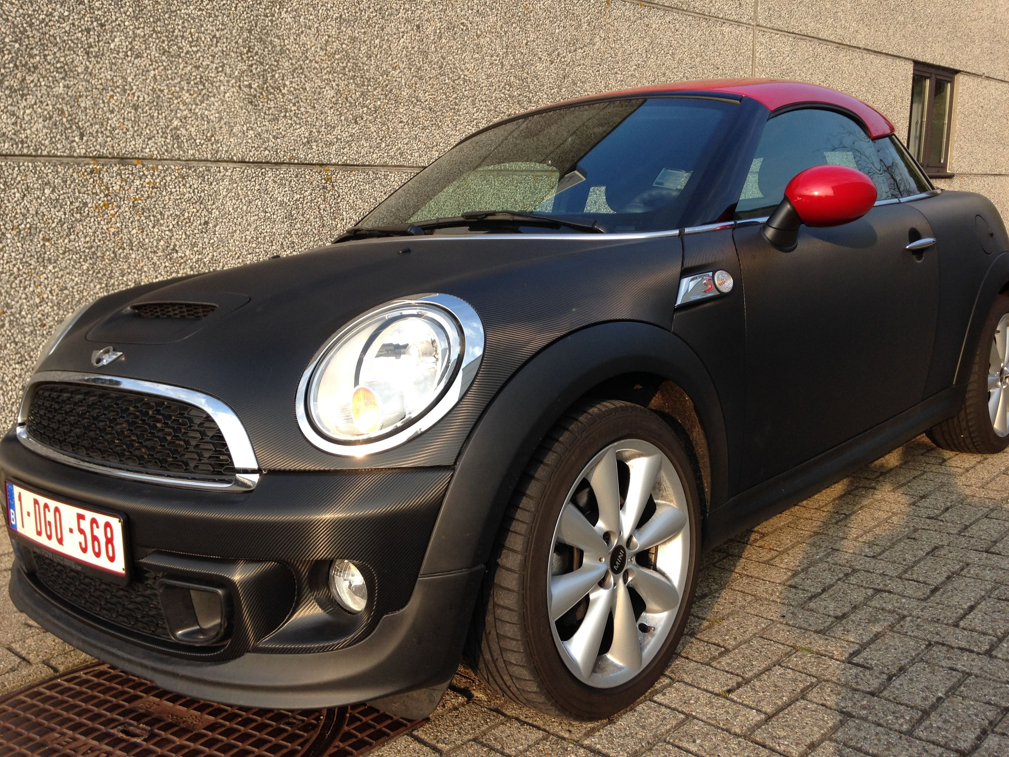 Mini Cooper Coupe in Carbon Wrap met Rode accenten, Carwrapping door Wrapmyride.nu Foto-nr:6397, ©2020