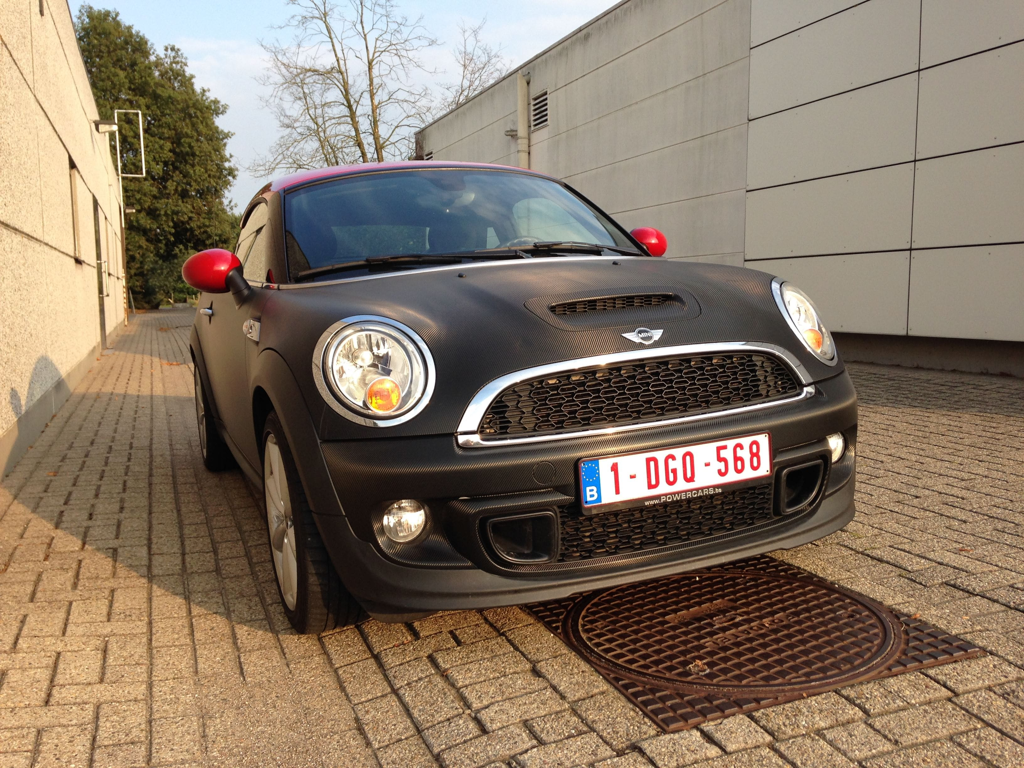 Mini Cooper Coupe in Carbon Wrap met Rode accenten, Carwrapping door Wrapmyride.nu Foto-nr:6398, ©2020