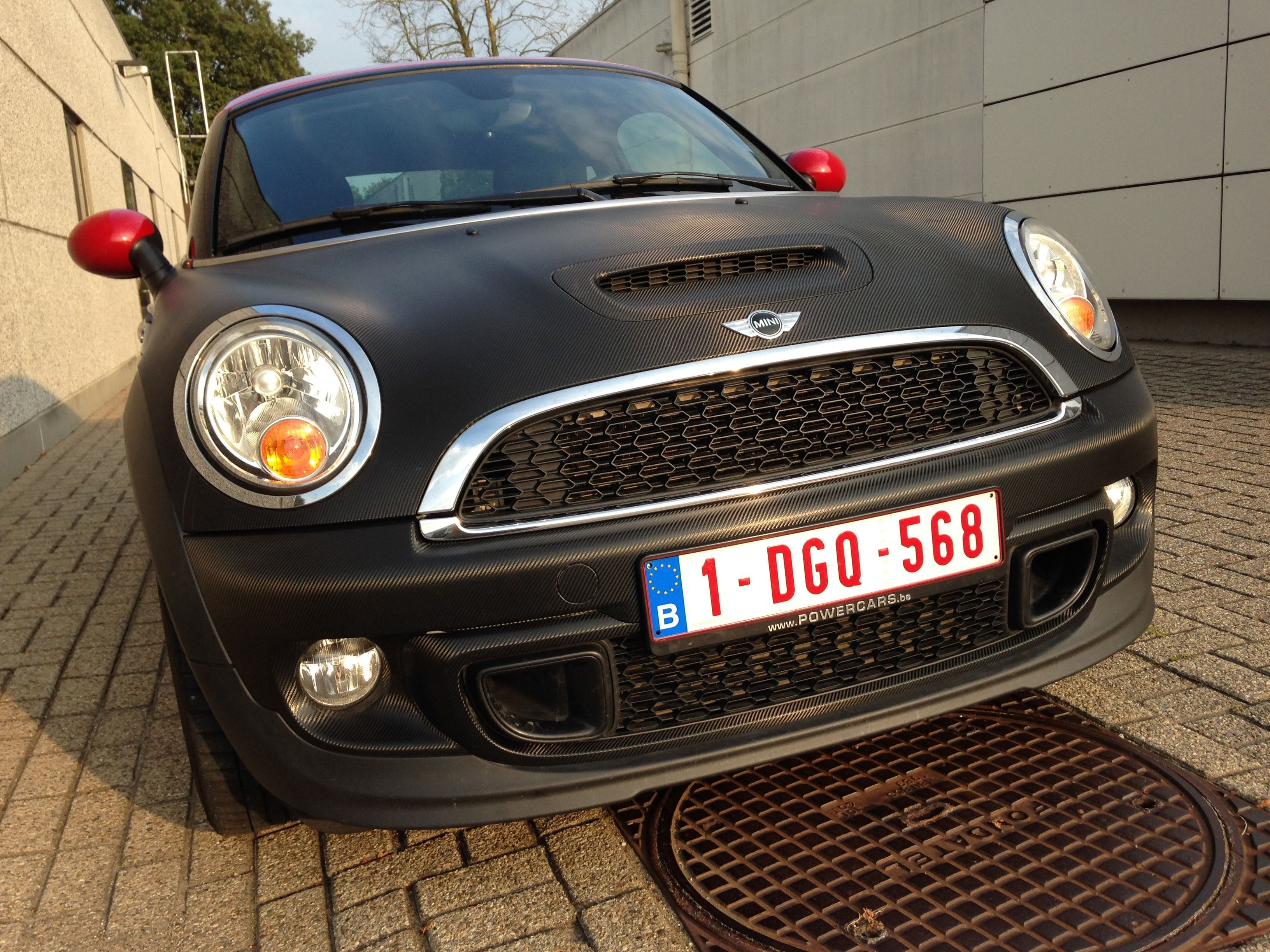 Mini Cooper Coupe in Carbon Wrap met Rode accenten, Carwrapping door Wrapmyride.nu Foto-nr:6399, ©2020