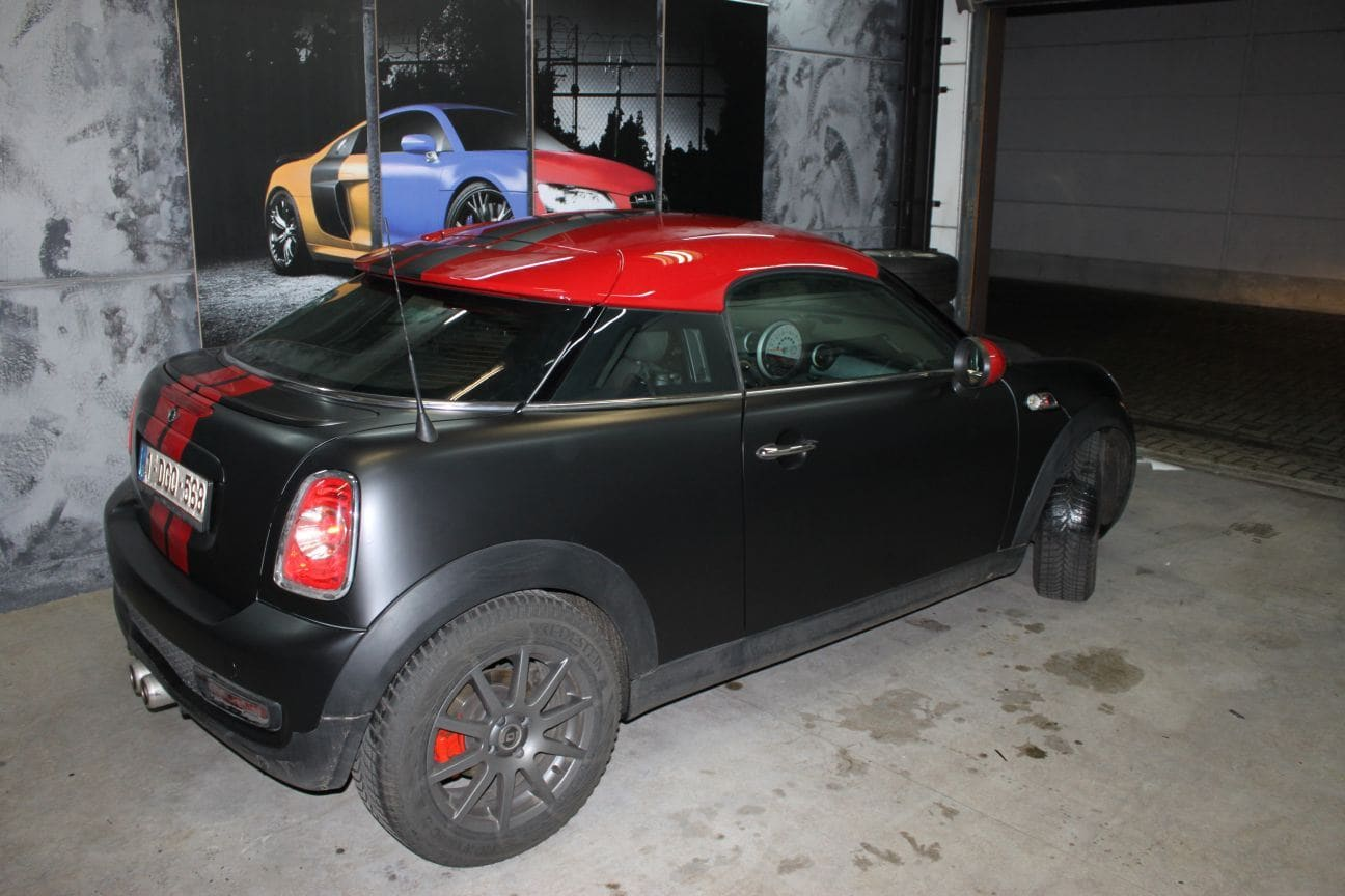 Mini Cooper Coupe in een Satin Black Wrap met Rode Striping, Carwrapping door Wrapmyride.nu Foto-nr:6404, ©2019