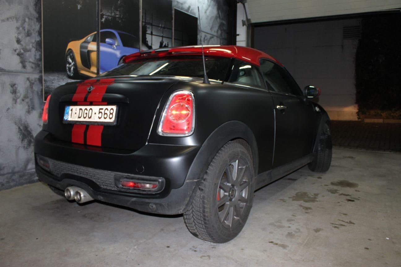 Mini Cooper Coupe in een Satin Black Wrap met Rode Striping, Carwrapping door Wrapmyride.nu Foto-nr:6405, ©2019