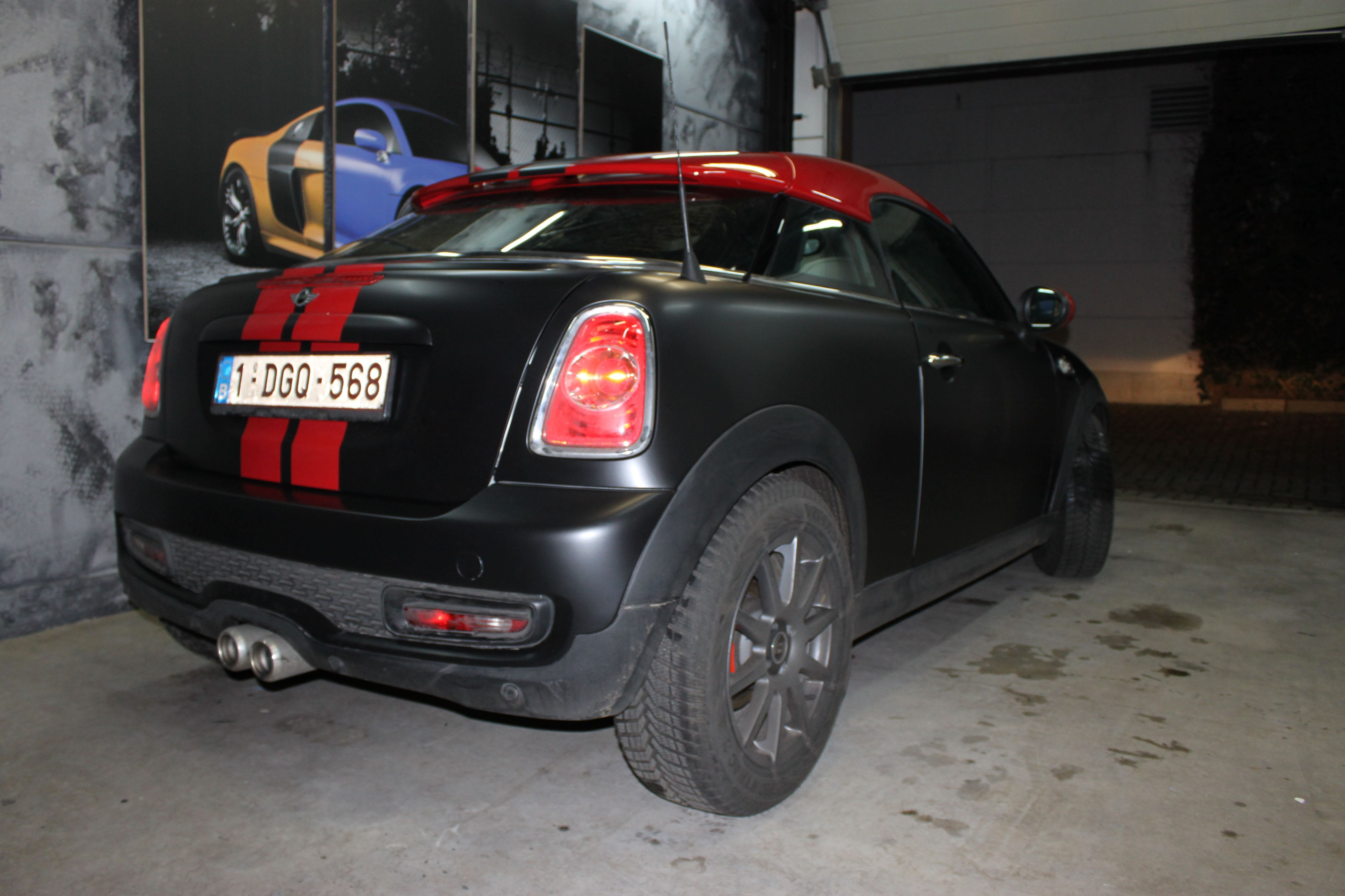 Mini Cooper Coupe in een Satin Black Wrap met Rode Striping, Carwrapping door Wrapmyride.nu Foto-nr:6405, ©2020