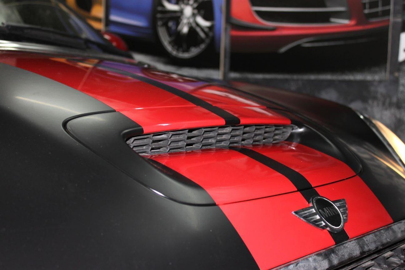 Mini Cooper Coupe in een Satin Black Wrap met Rode Striping, Carwrapping door Wrapmyride.nu Foto-nr:6407, ©2019