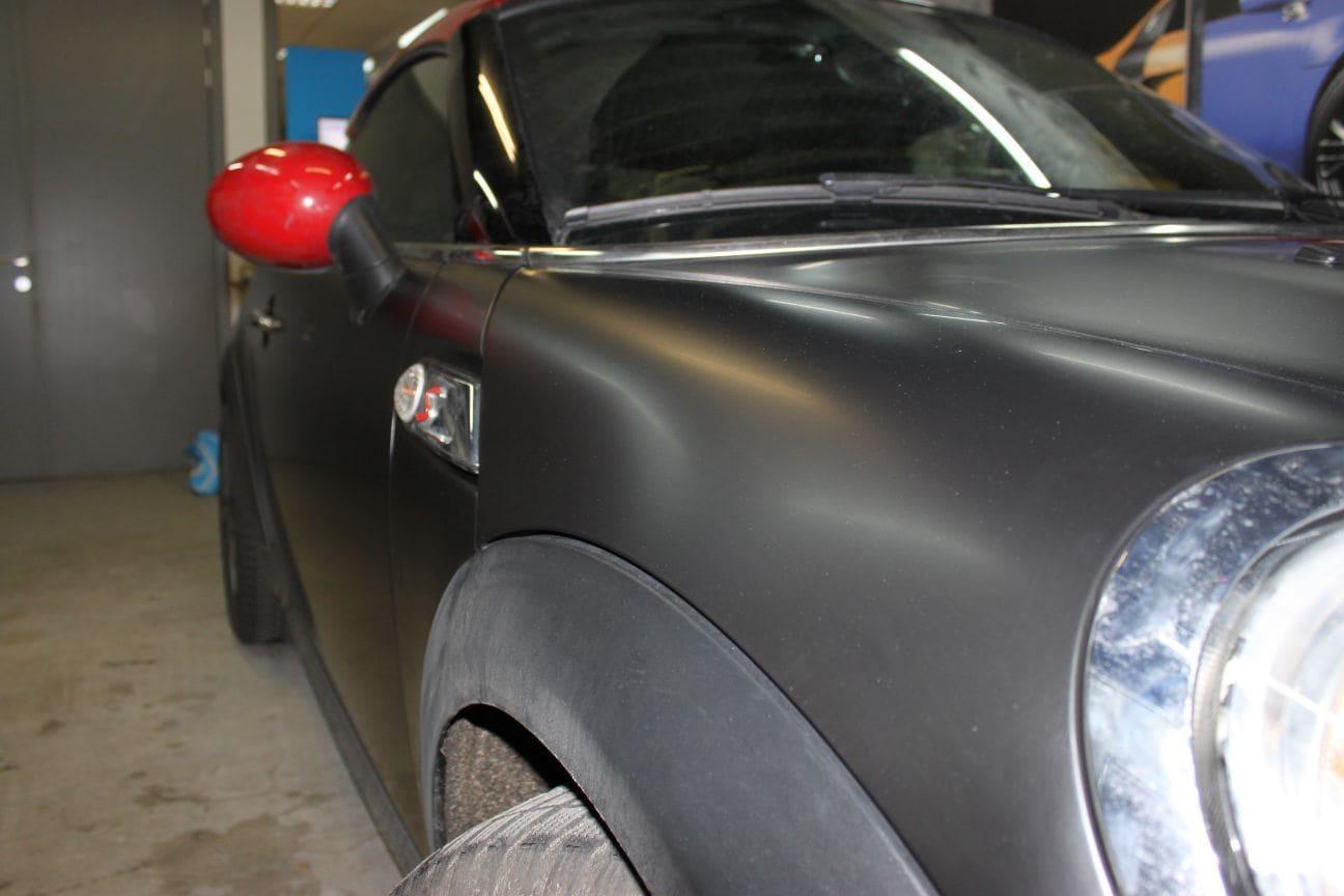 Mini Cooper Coupe in een Satin Black Wrap met Rode Striping, Carwrapping door Wrapmyride.nu Foto-nr:6413, ©2019