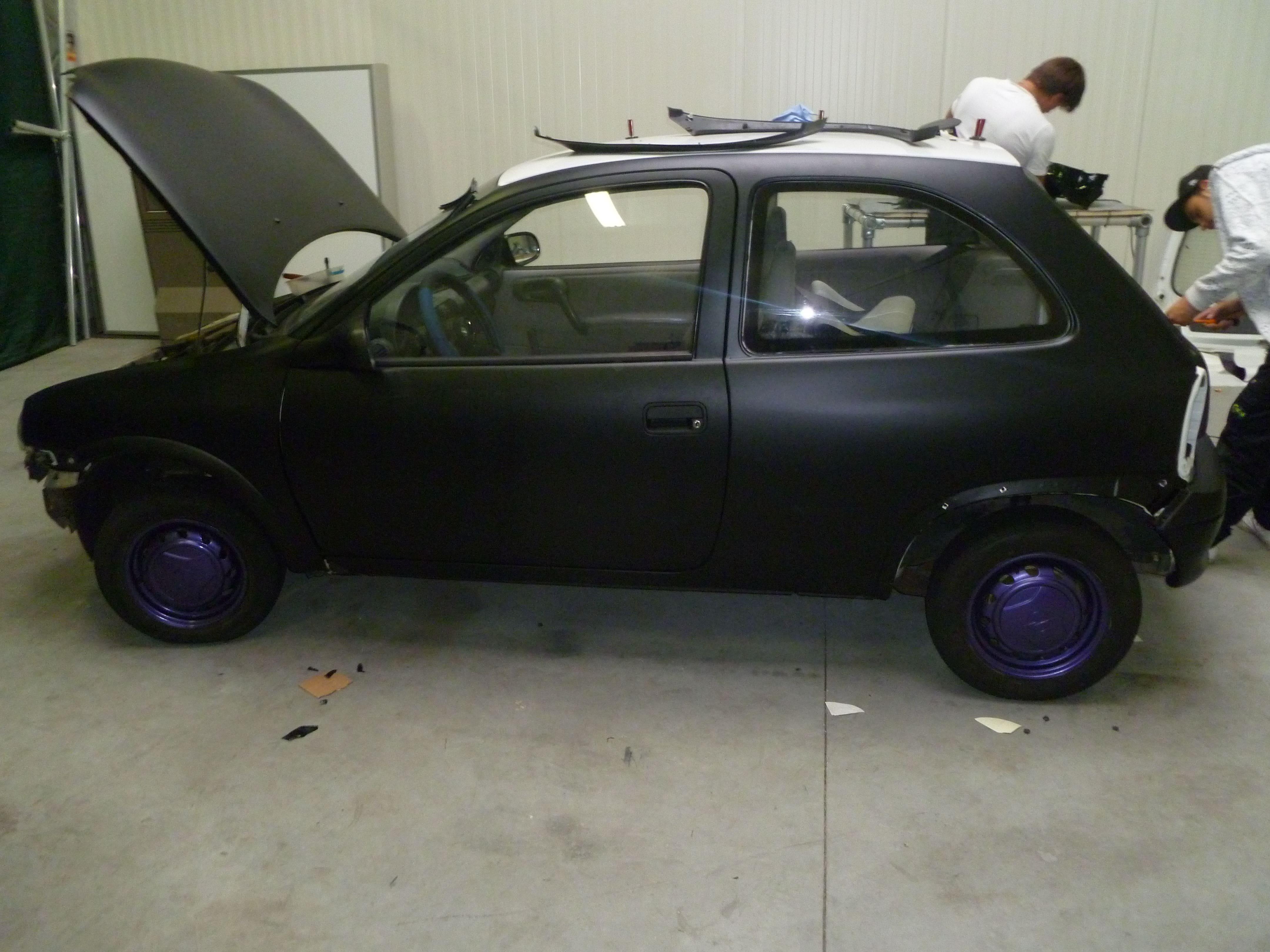 Opel Corsa B met Zwart Paarse Striping, Carwrapping door Wrapmyride.nu Foto-nr:6634, ©2020