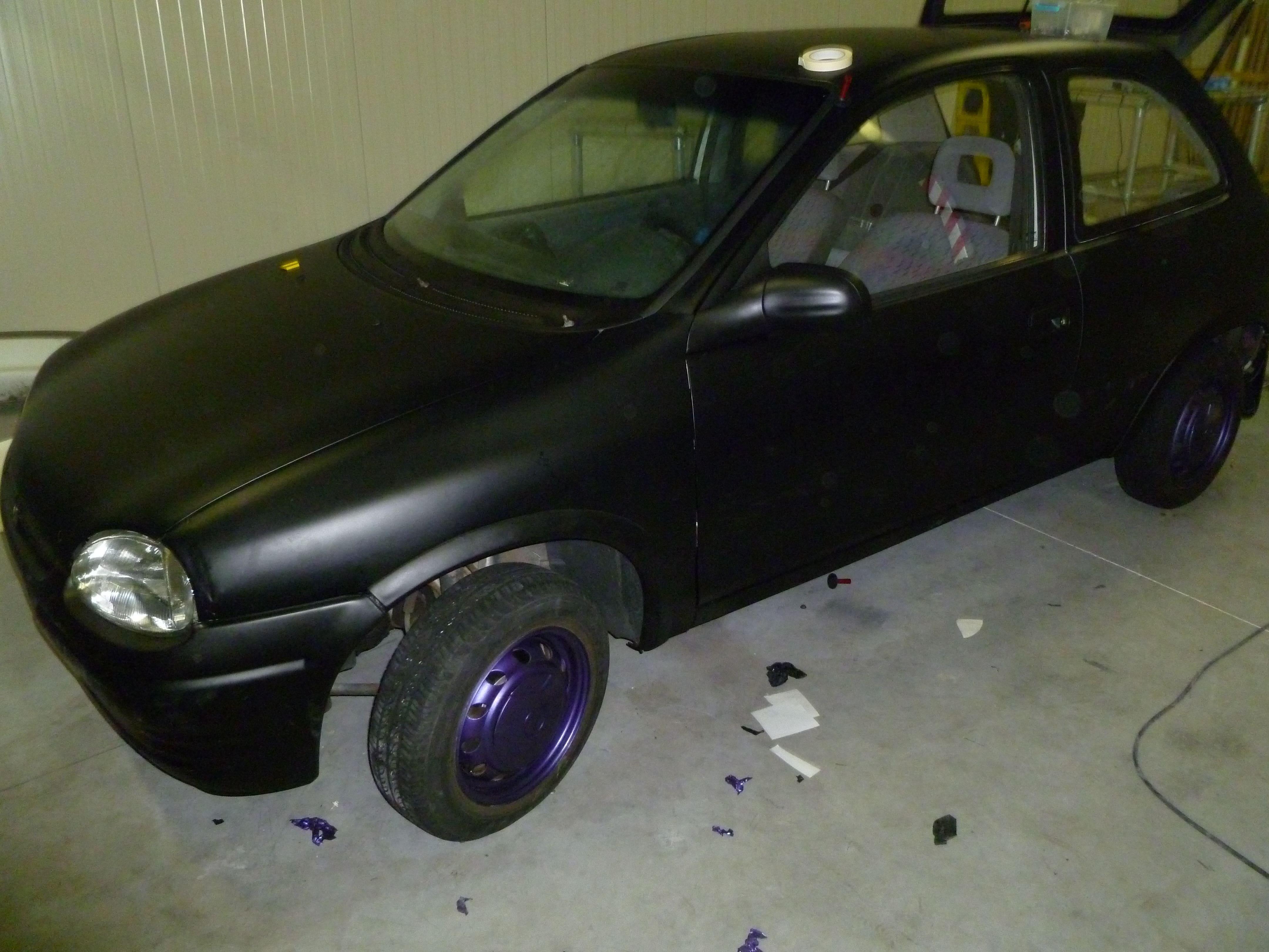 Opel Corsa B met Zwart Paarse Striping, Carwrapping door Wrapmyride.nu Foto-nr:6638, ©2021