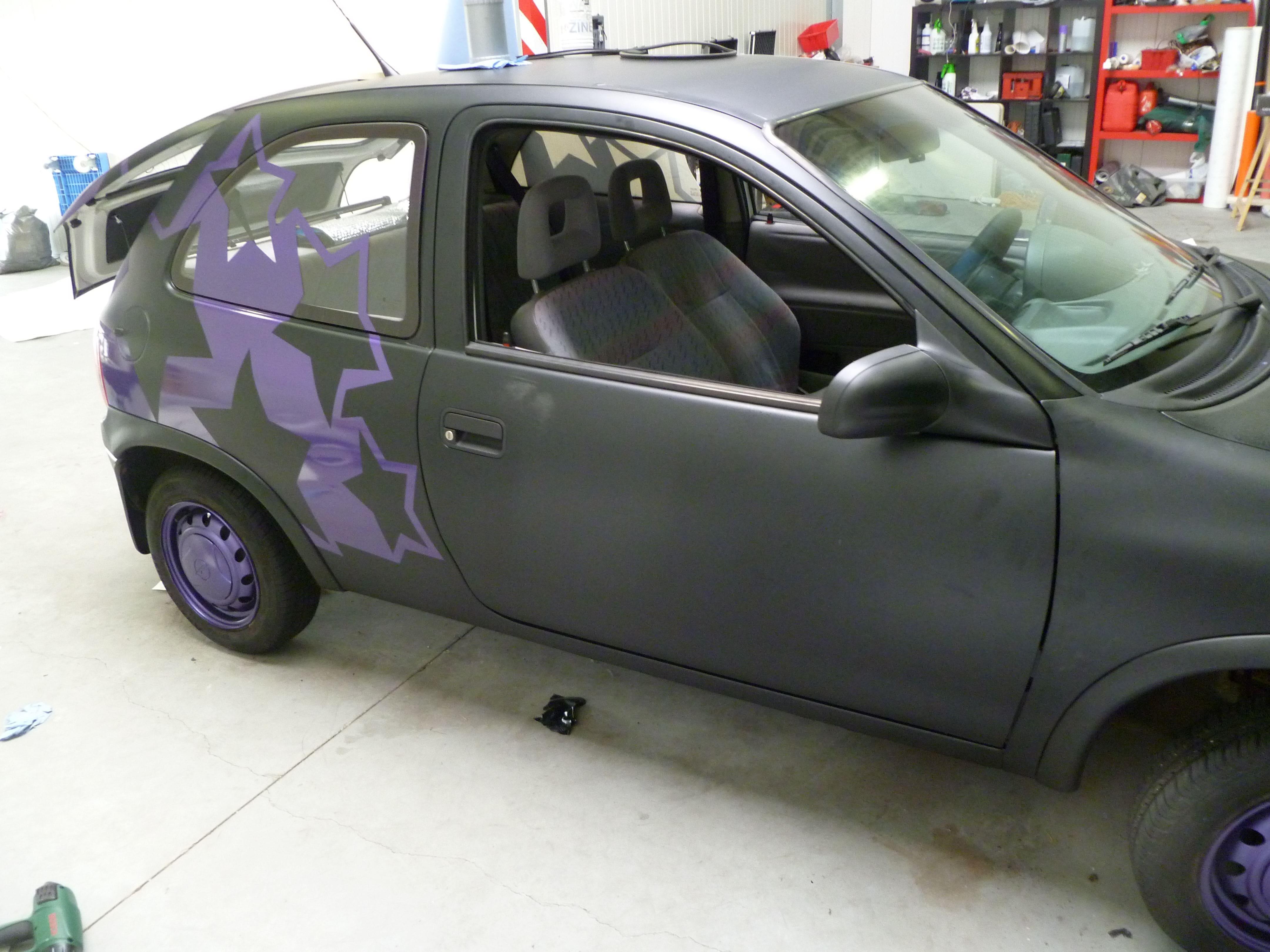 Opel Corsa B met Zwart Paarse Striping, Carwrapping door Wrapmyride.nu Foto-nr:6646, ©2021
