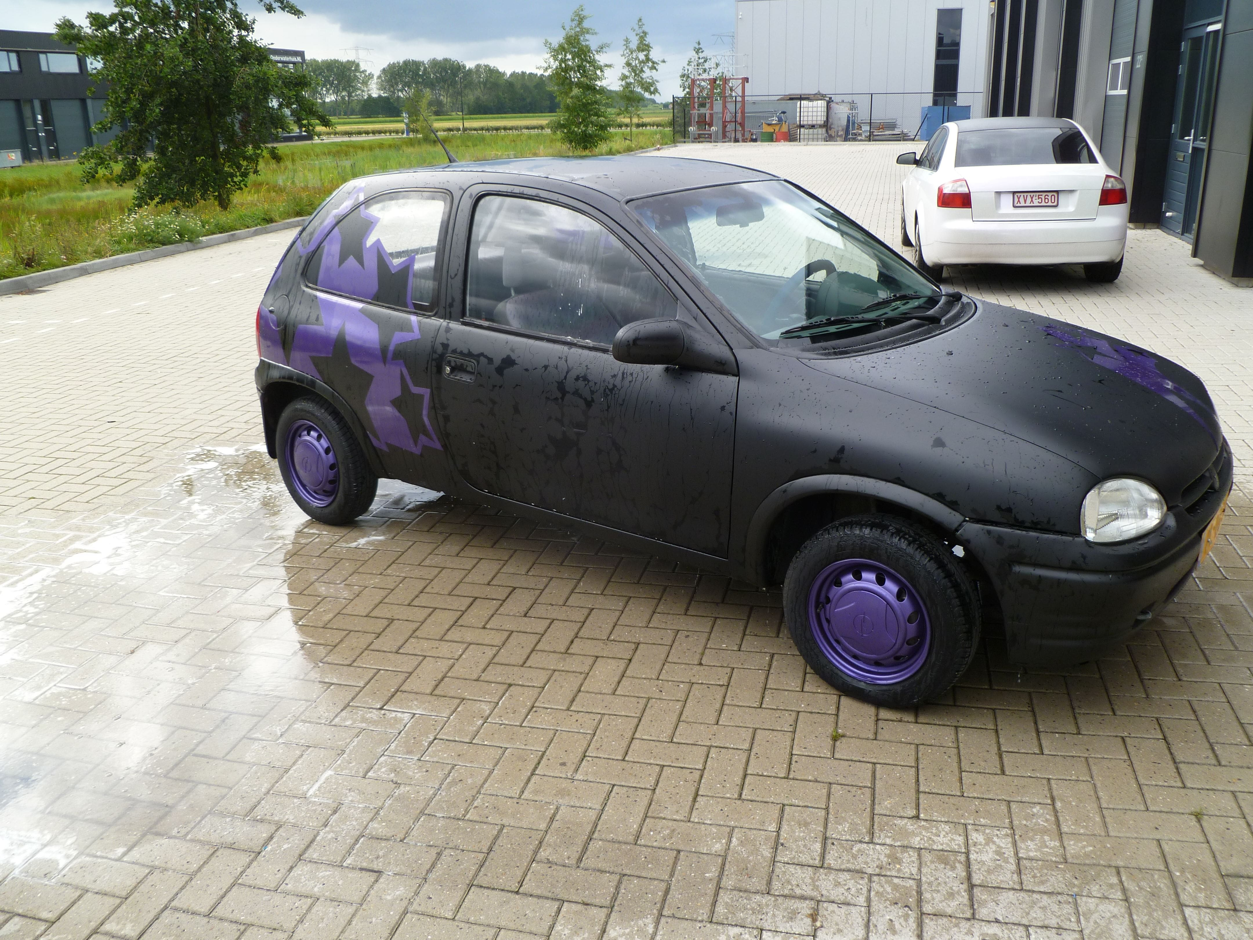 Opel Corsa B met Zwart Paarse Striping, Carwrapping door Wrapmyride.nu Foto-nr:6649, ©2021