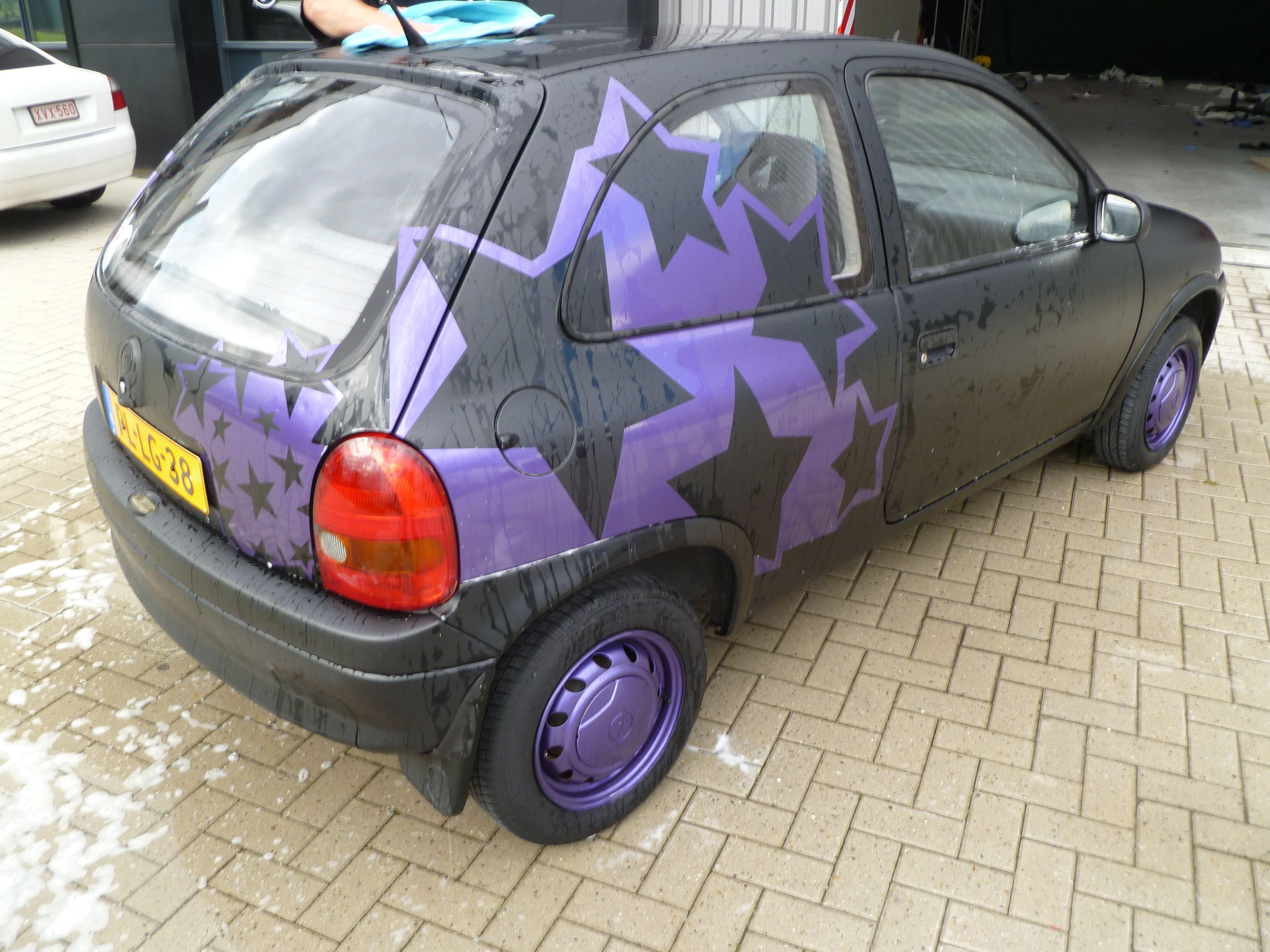 Opel Corsa B met Zwart Paarse Striping, Carwrapping door Wrapmyride.nu Foto-nr:6650, ©2020