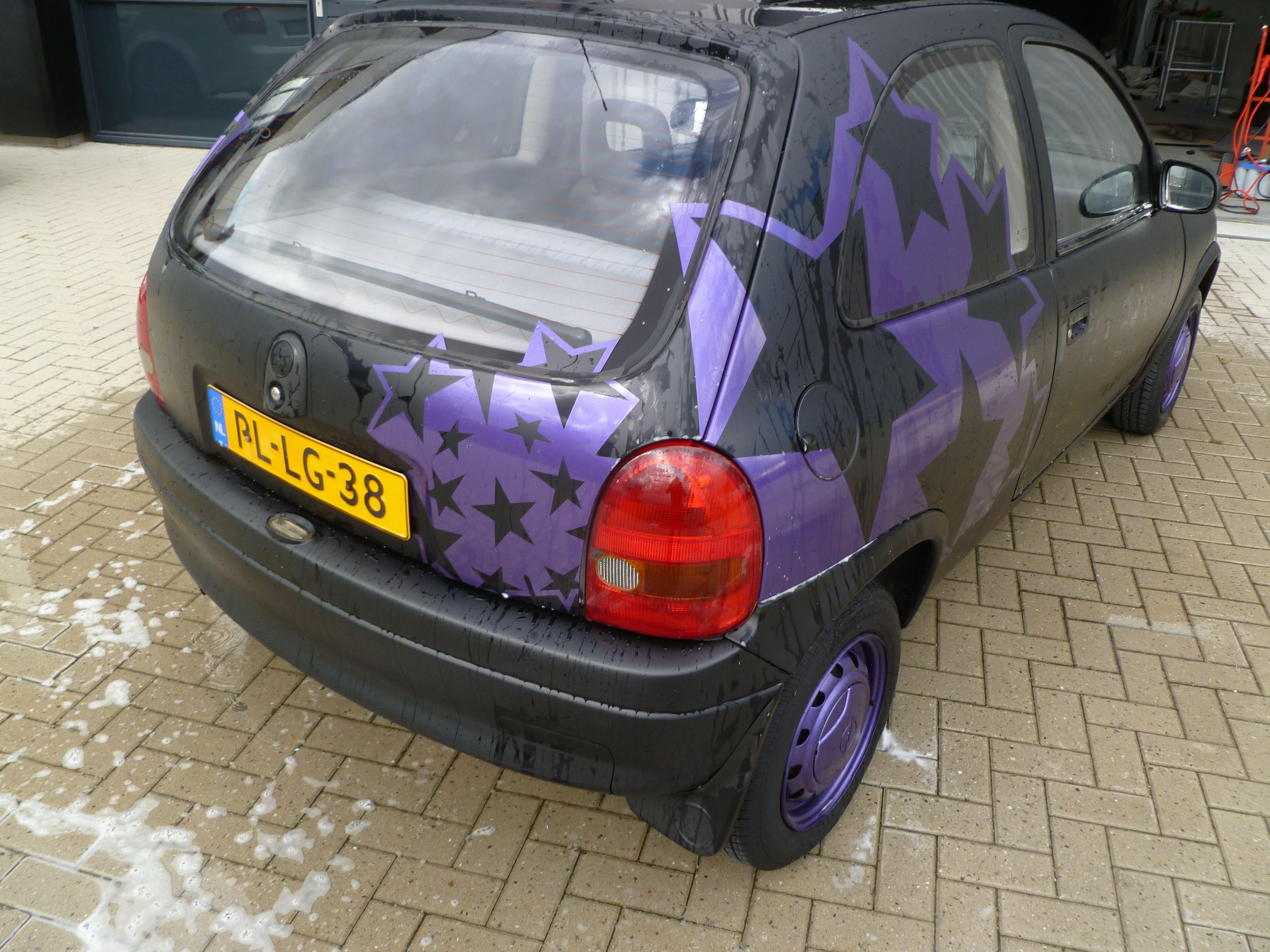 Opel Corsa B met Zwart Paarse Striping, Carwrapping door Wrapmyride.nu Foto-nr:6651, ©2021