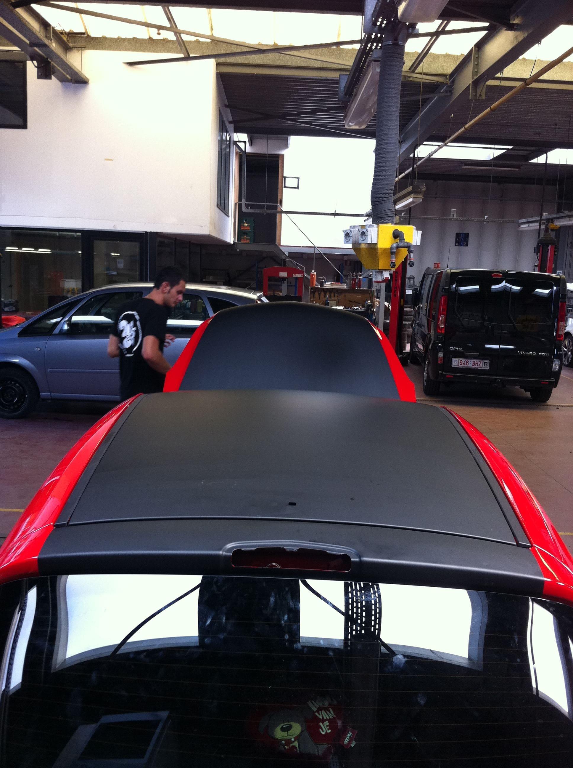 Rode Opel Corsa met Mat Zwarte Accenten, Carwrapping door Wrapmyride.nu Foto-nr:7542, ©2021